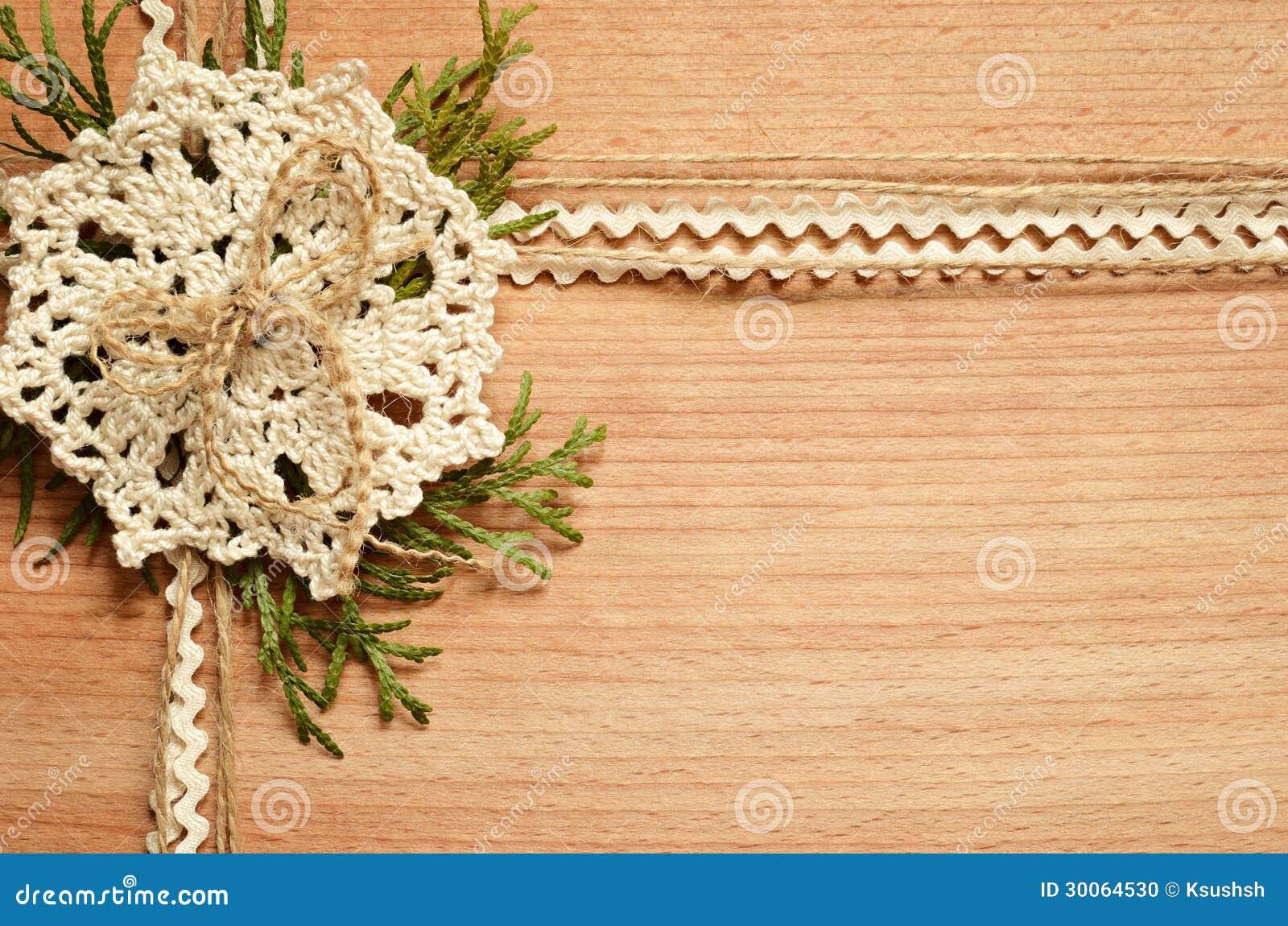 背景和钩针编织鞋带和金钟柏分支