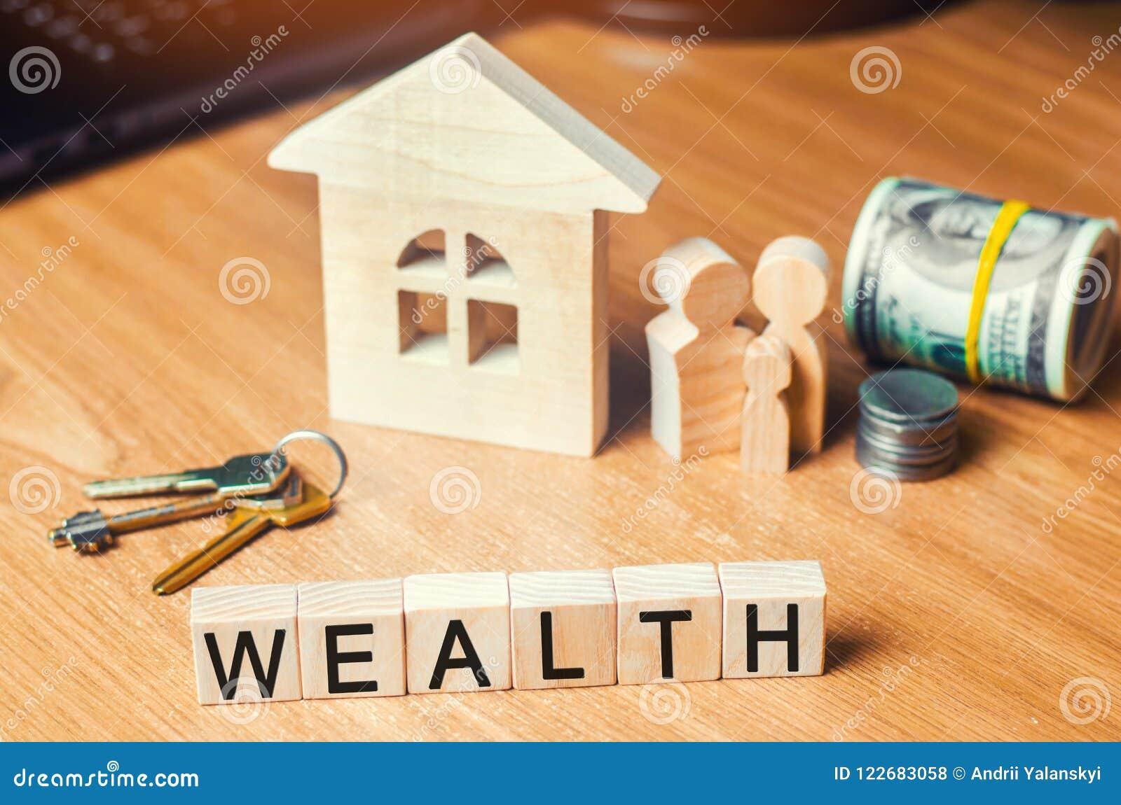 与金钱的家庭在他们的房子附近站立 财富生活的概念和被资助的愉快 登记