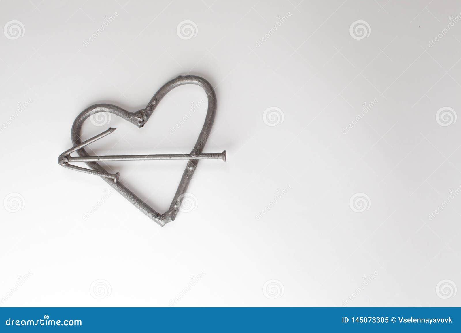 与钉子的心脏 父亲节概念 与文本空间钉子的铁心脏的情人节背景 男性残酷心脏