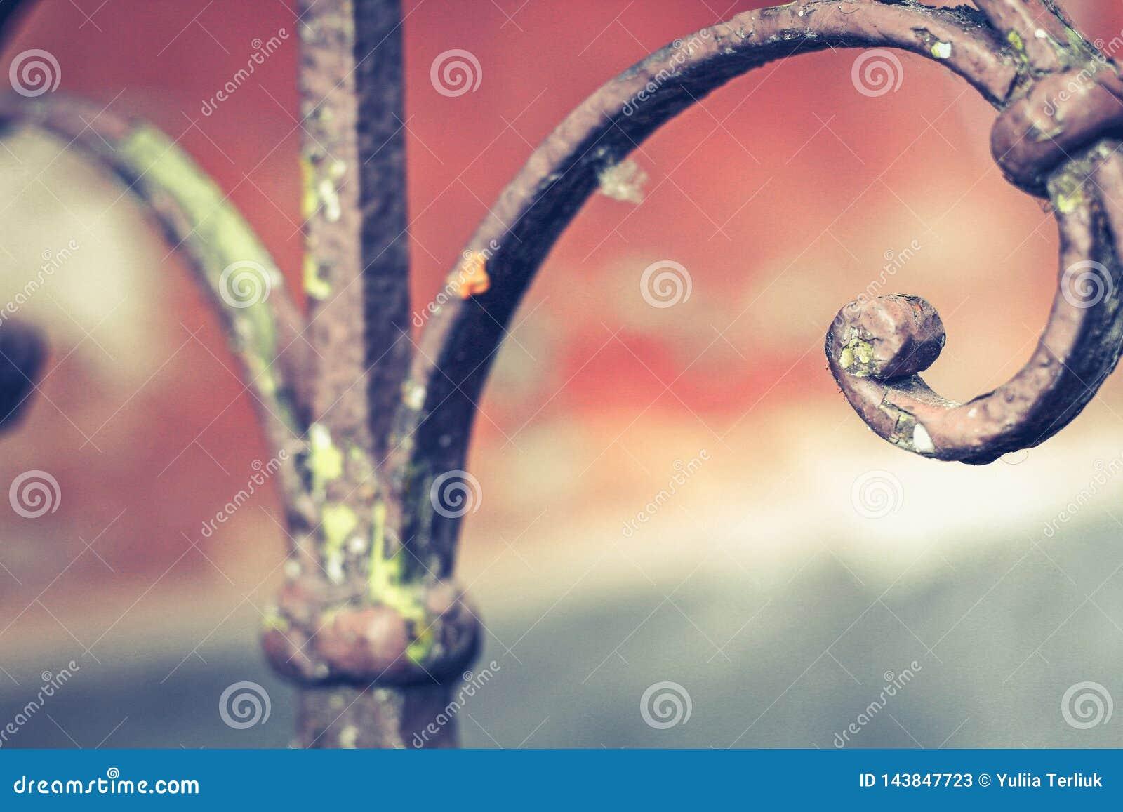 与铁锈的老葡萄酒栏杆在台阶在房子里 伪造用栏杆围步在房子里