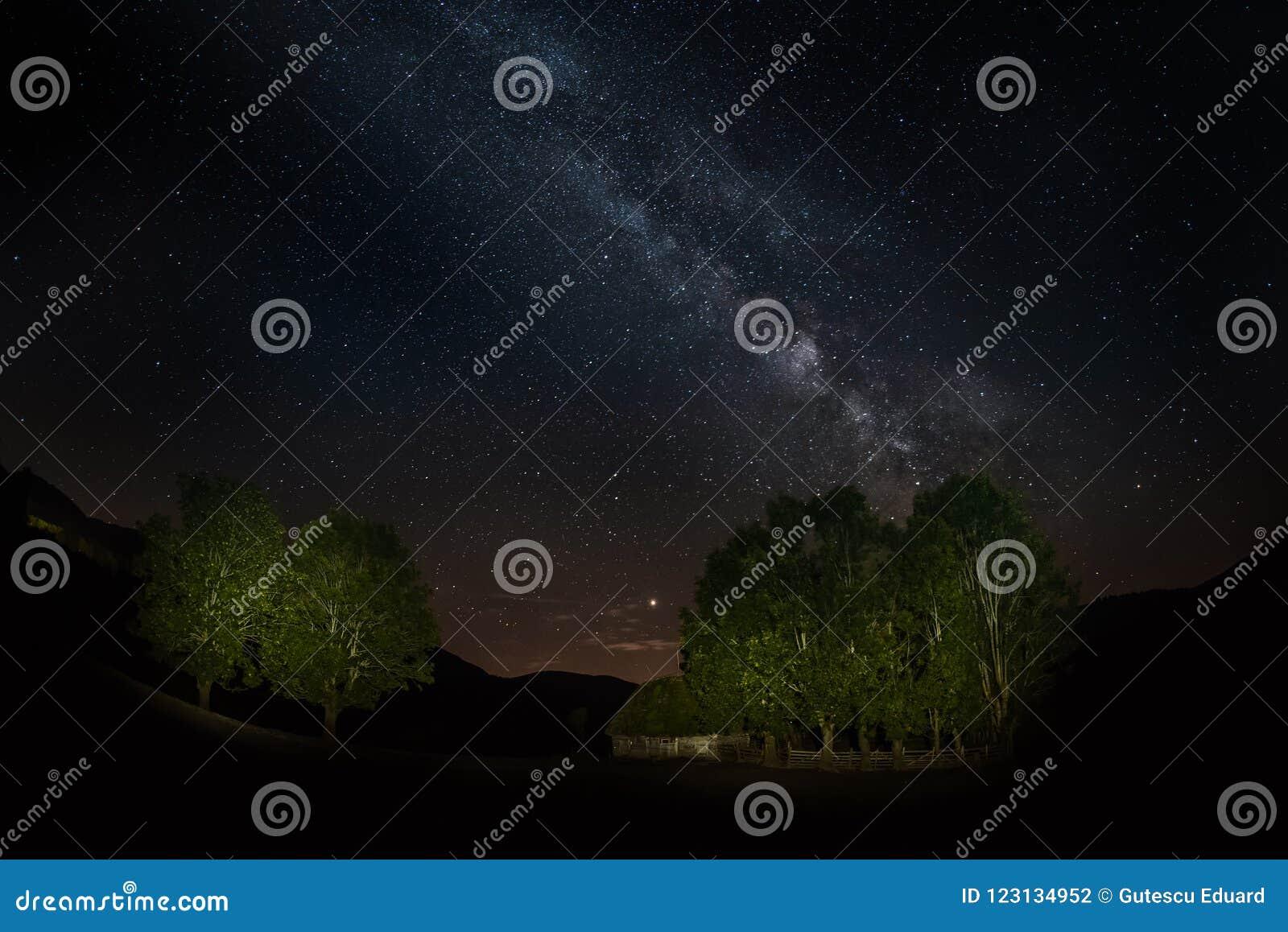 与银河星系在特兰西瓦尼亚山,夏夜的夜风景在罗马尼亚