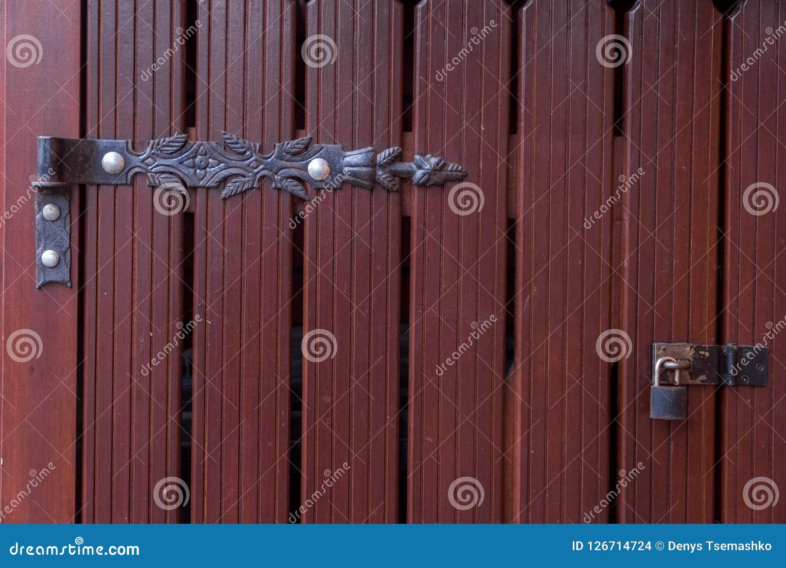 与锁和遮篷的木门