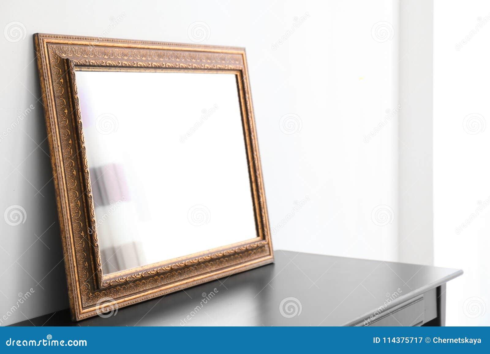 与镜子的空的梳妆台在屋子里