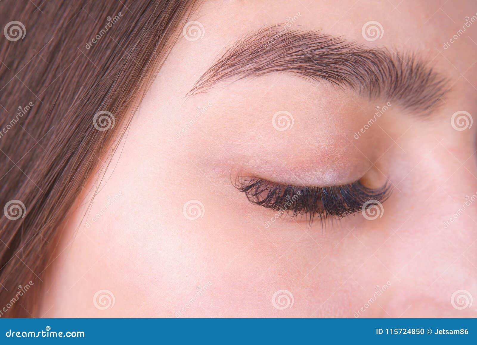 与长的睫毛和美丽的眼眉,克洛的闭合的女性眼睛