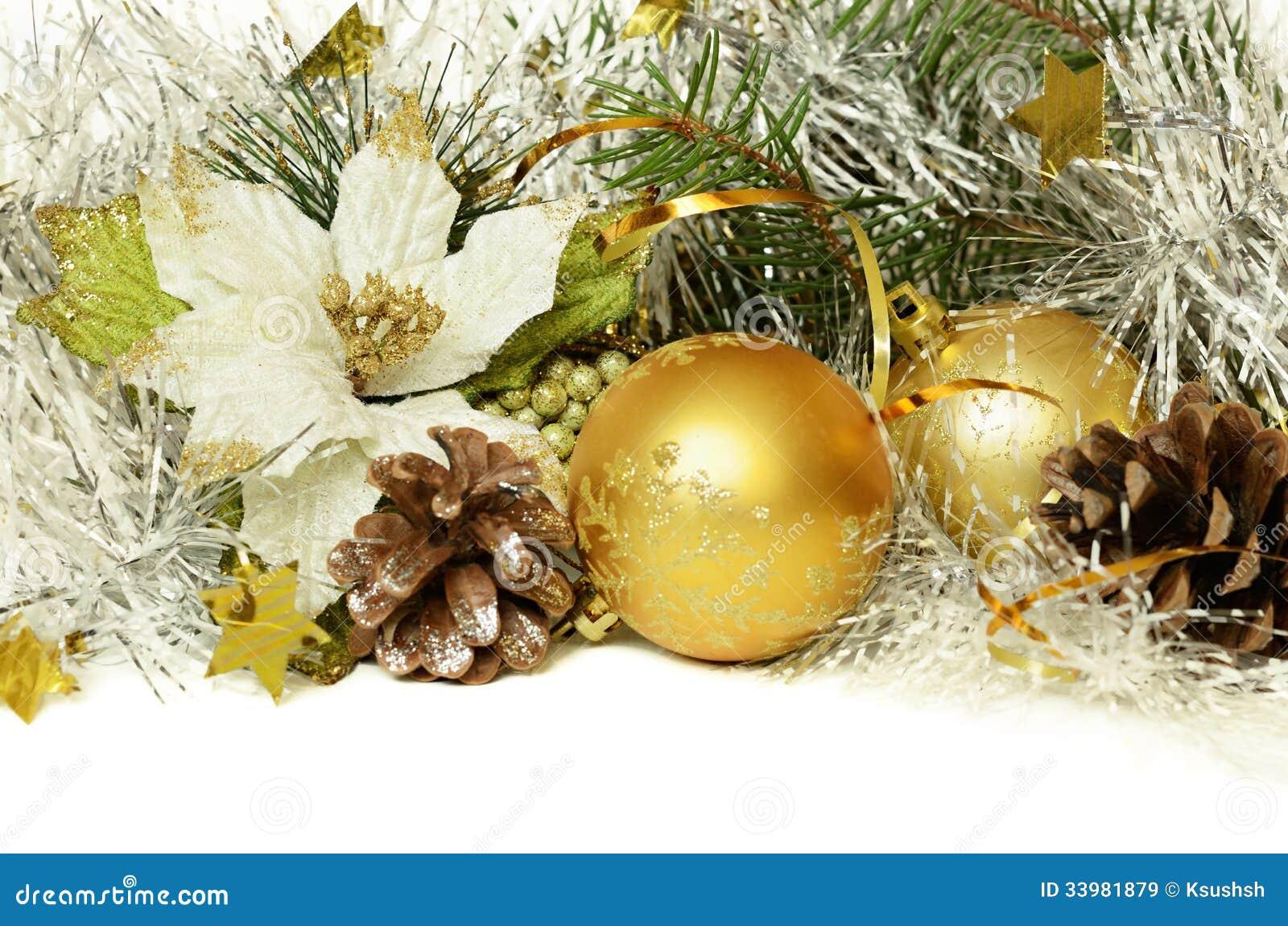 与闪亮金属片、锥体和人为一品红的圣诞节球