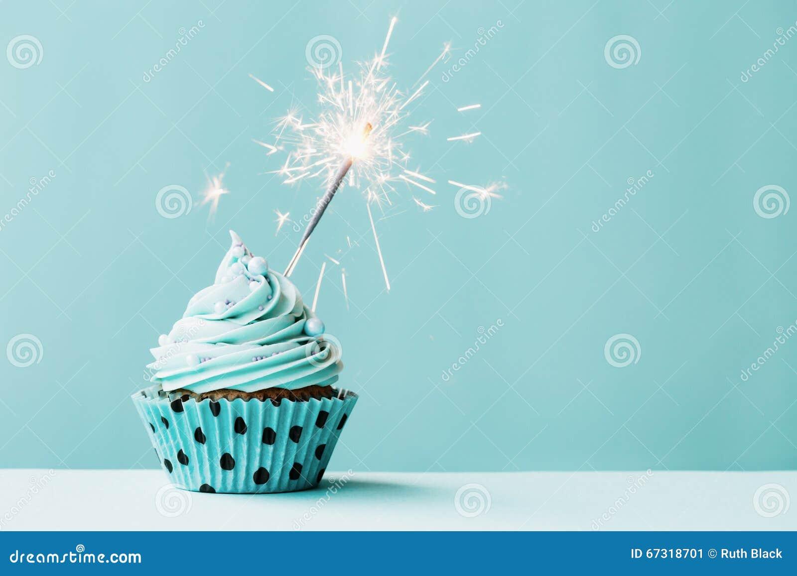 与闪烁发光物的杯形蛋糕