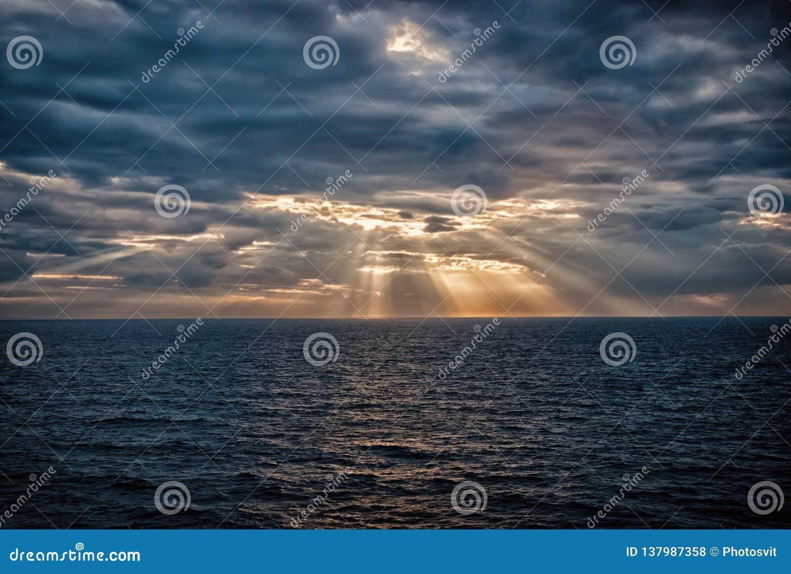 与阳光的Cloudscape在海在伦敦,英国 多云天空的海 在剧烈的天空的云彩 晚上自然