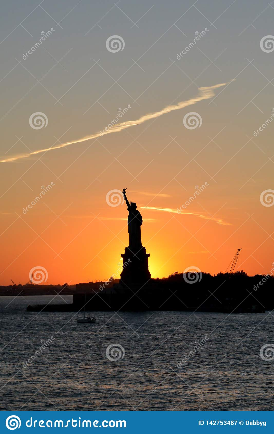 与雕象的美好的日落现出轮廓反对天空