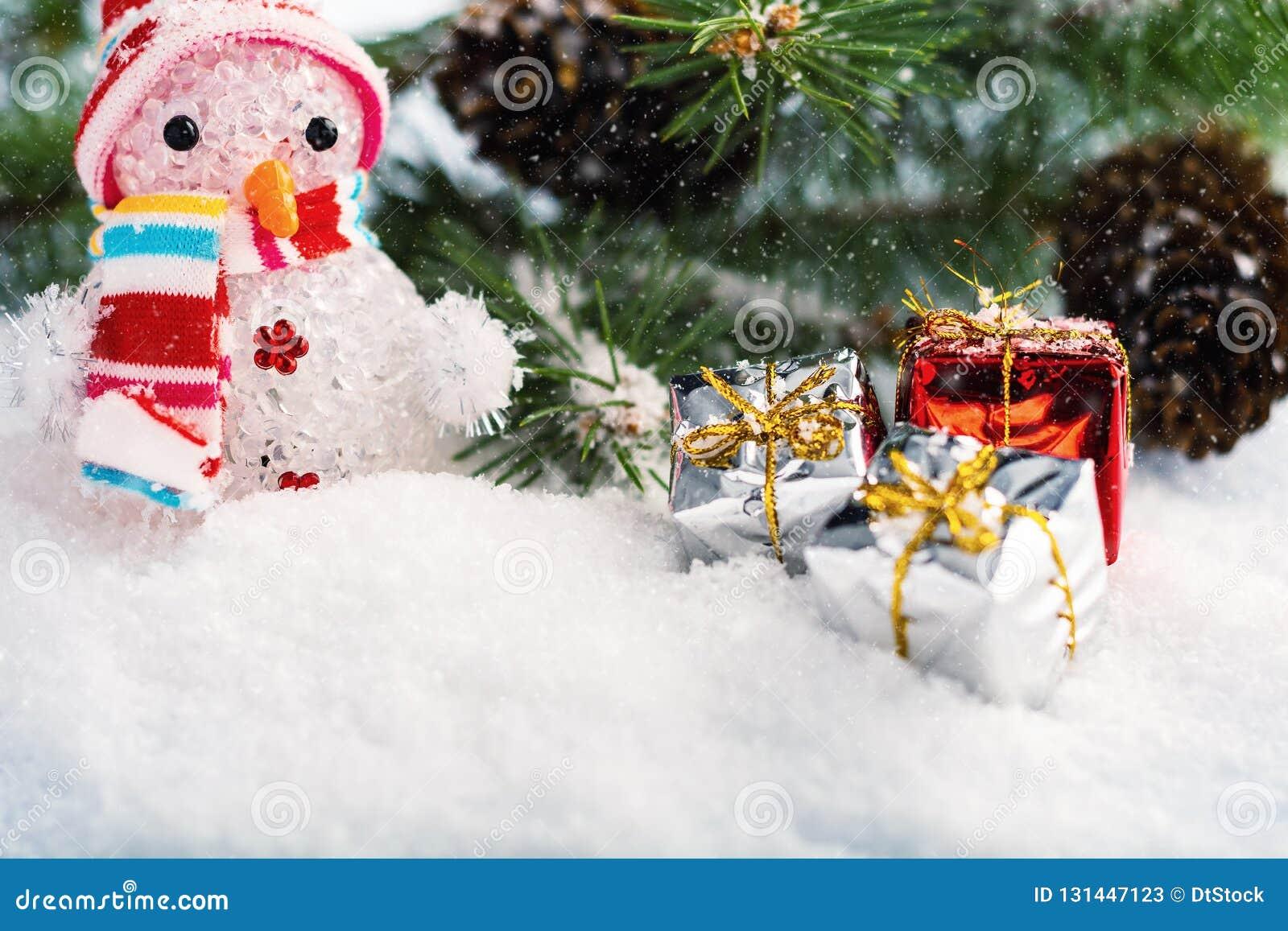 与雪人、圣诞树、冷杉锥体和圣诞节中看不中用的物品的圣诞装饰