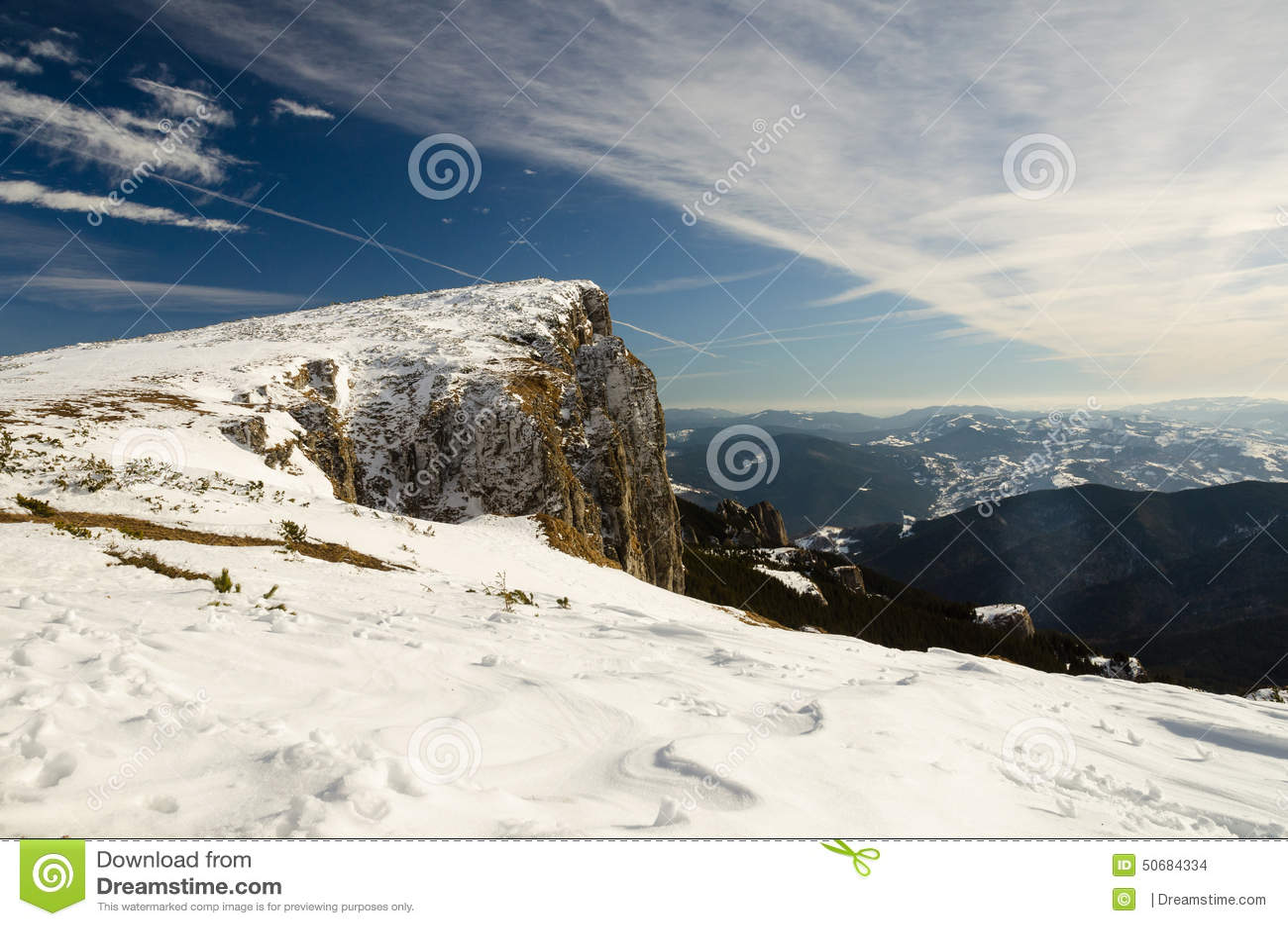 Download 与雪和蓝天的山风景 库存照片. 图片 包括有 空白, 峰顶, ,并且, 季节, 背包, 室外, 蓝色, 全景 - 50684334