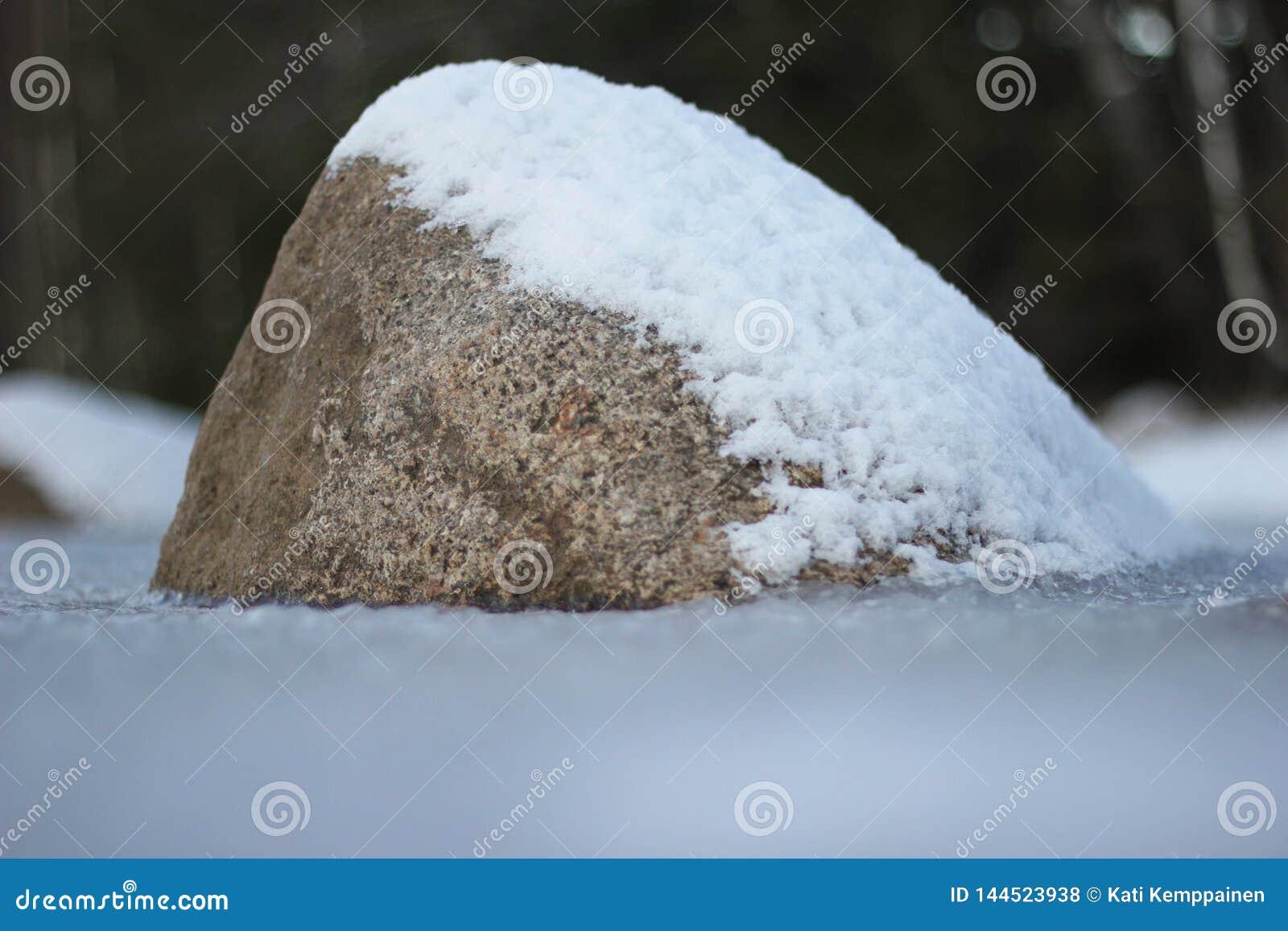 与雪的石头