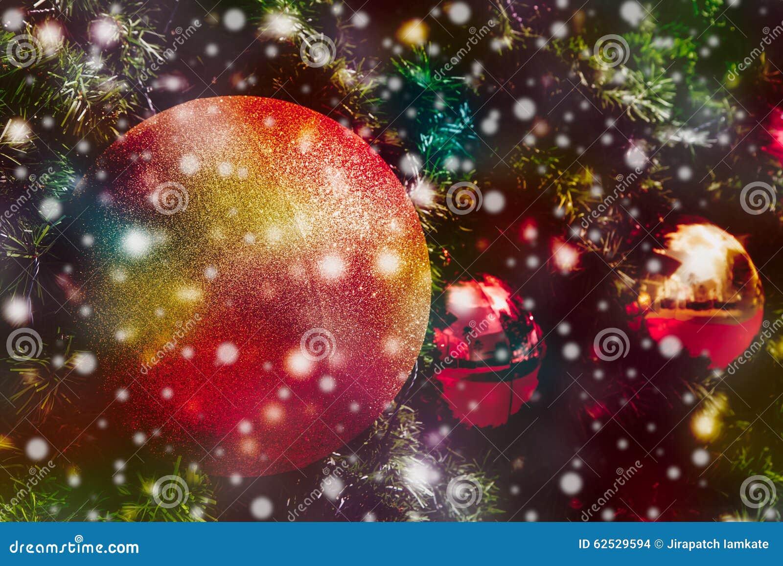 与雪秋天的圣诞节球