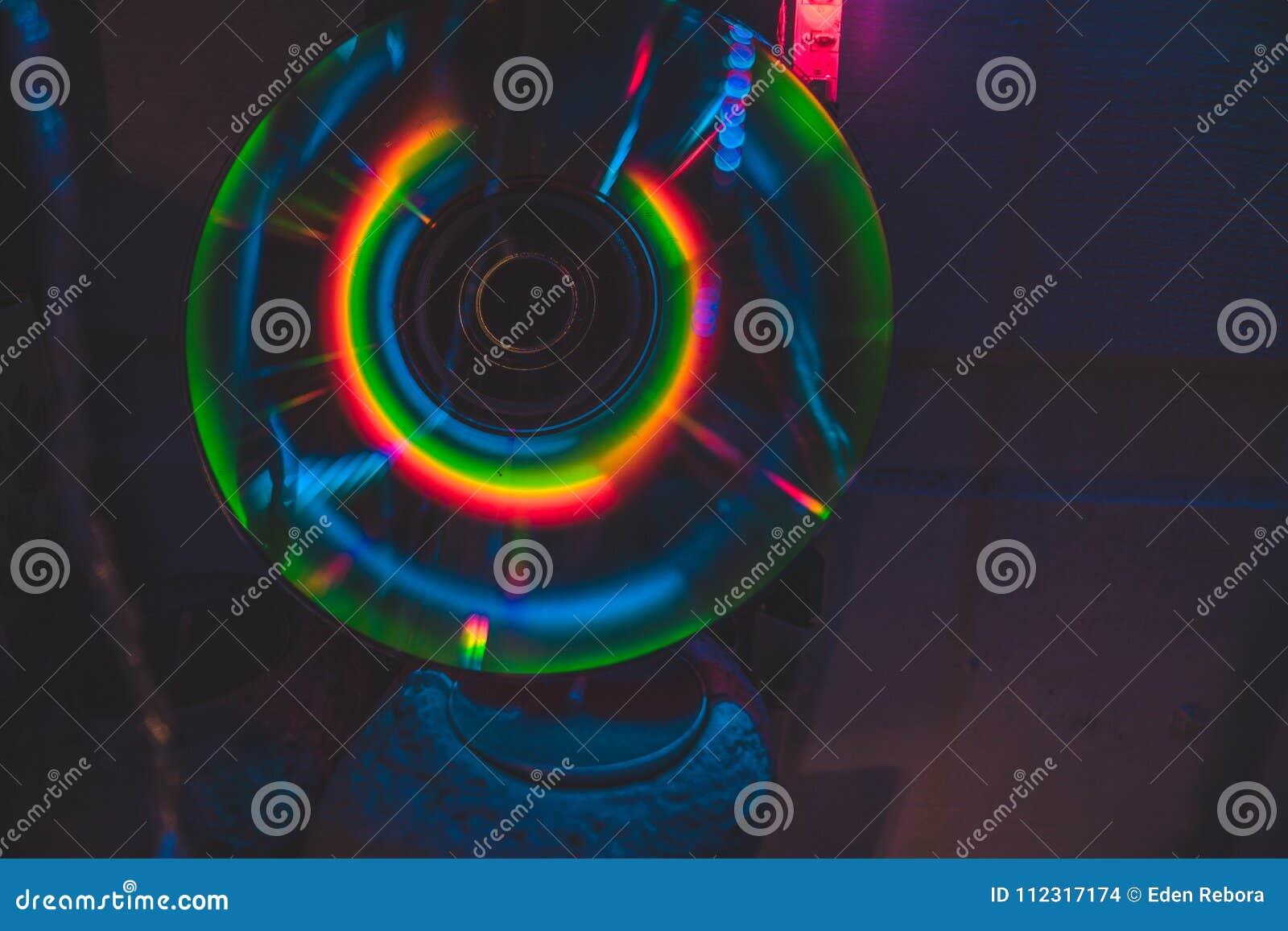 与霓虹灯的CD在黑暗