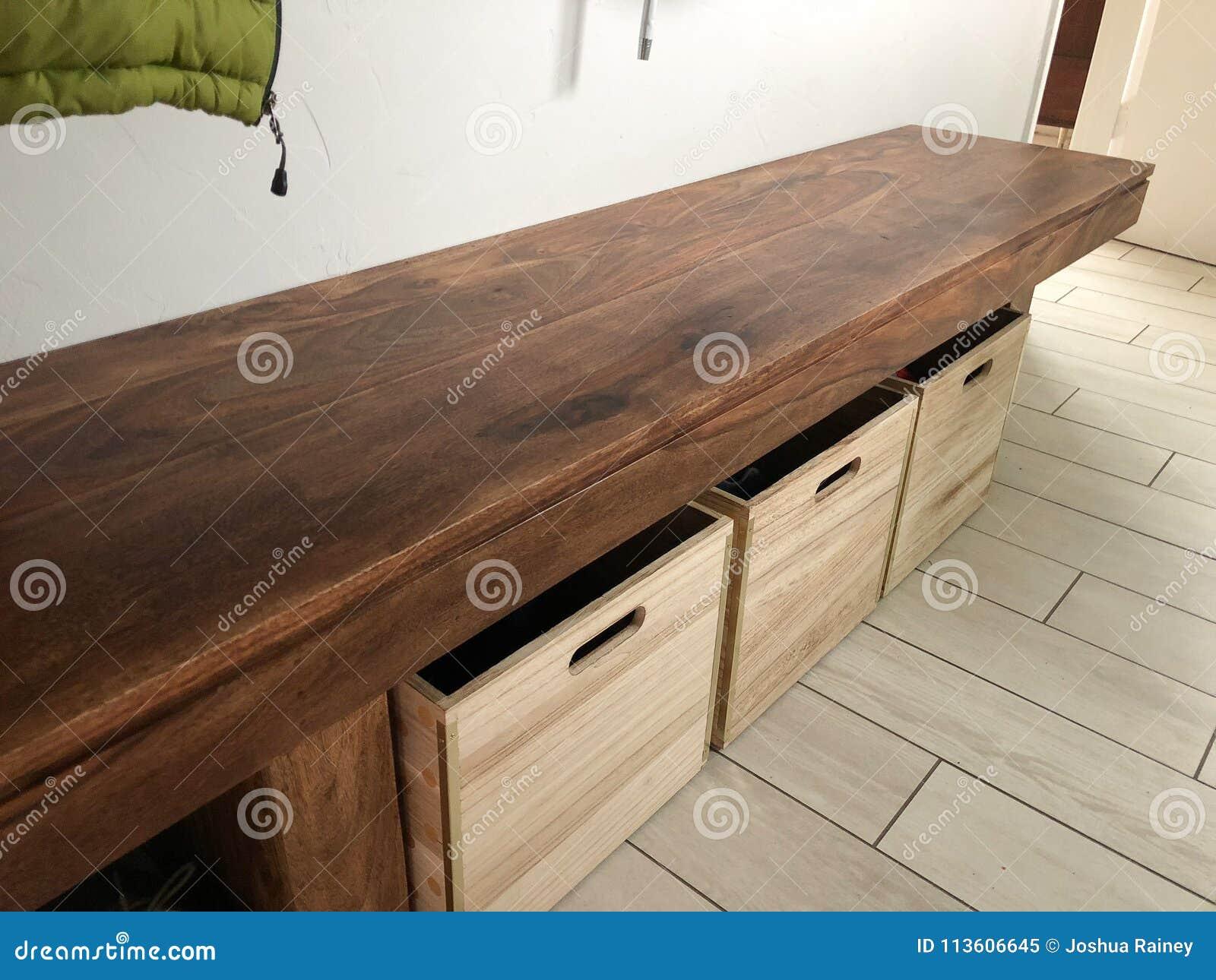 与鞋盒的木长凳