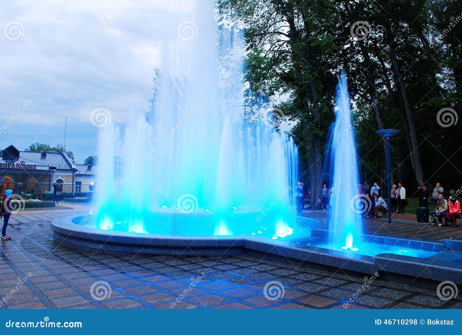与音乐的喷泉跳舞和改变的颜色在德鲁斯基宁凯市