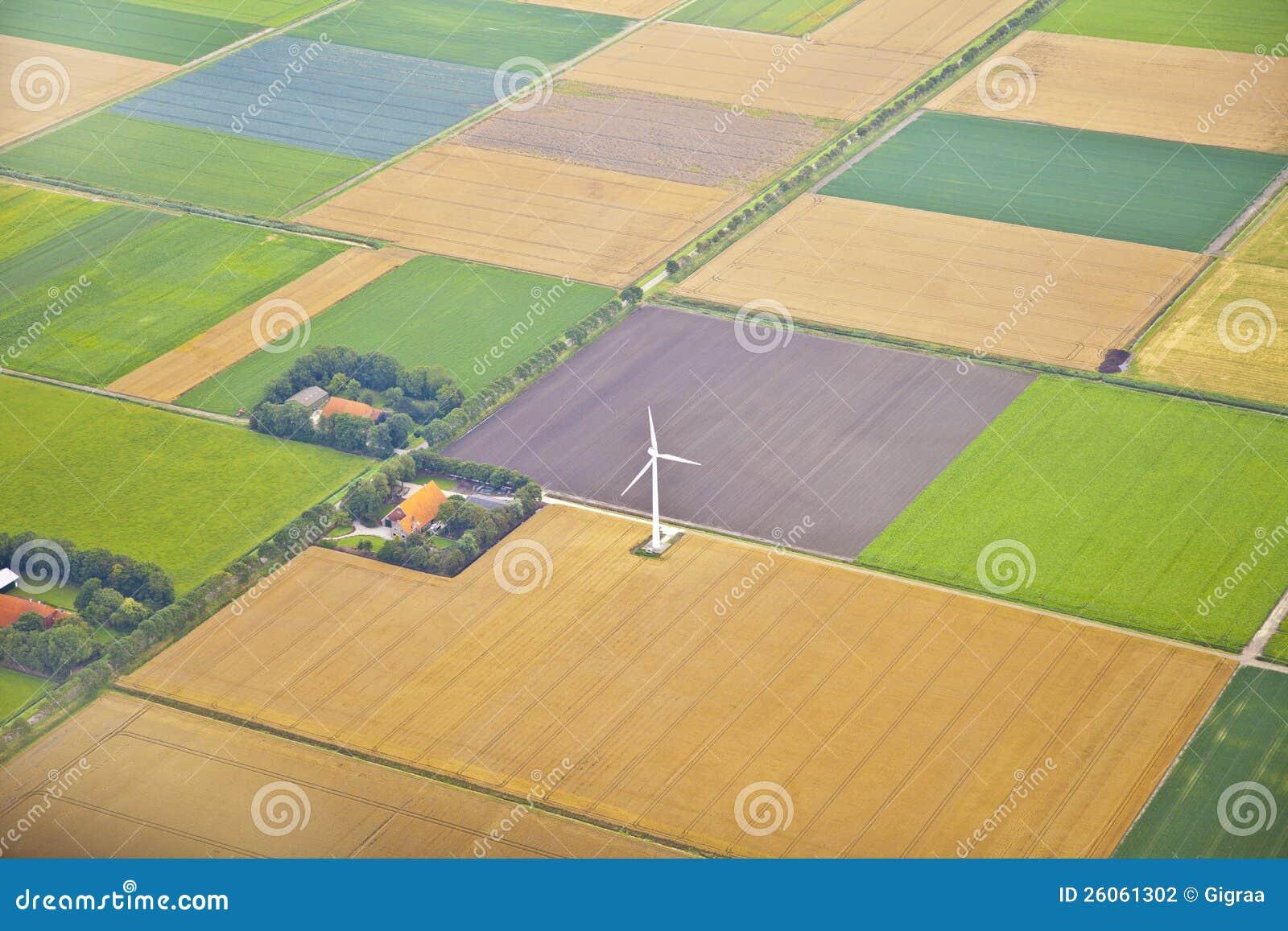 与风车的农厂横向从上面