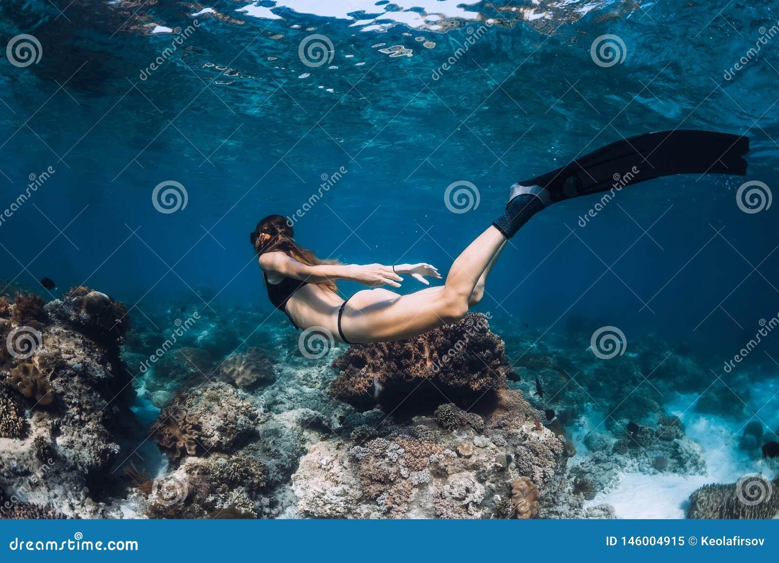 与飞翅和珊瑚的妇女freediver E