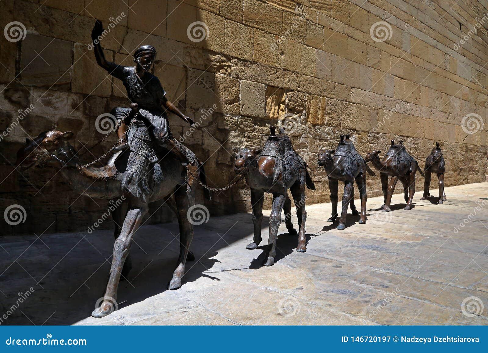 与骆驼有蓬卡车的雕刻的构成