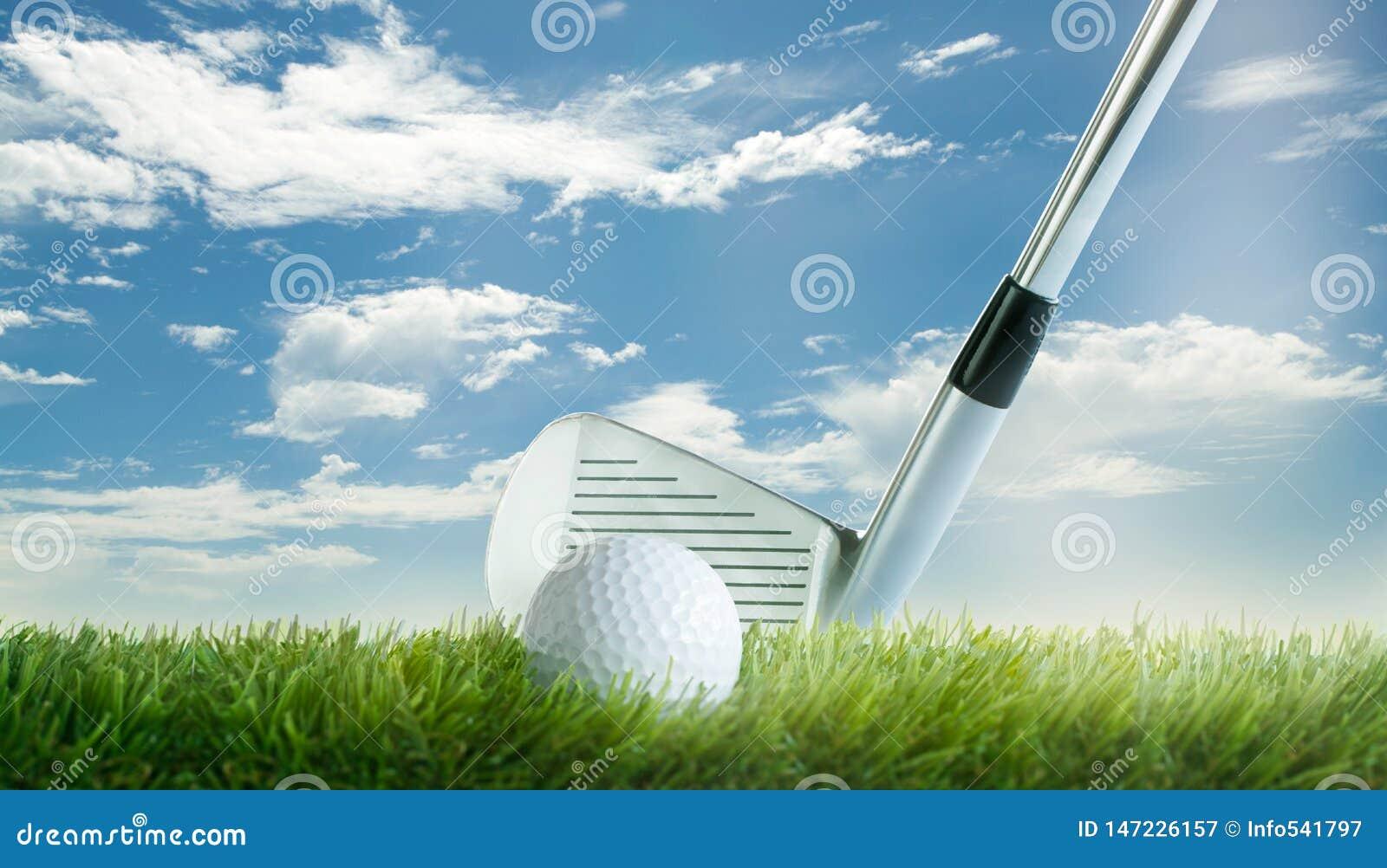 与高尔夫俱乐部的高尔夫球在天空蔚蓝前面的航路