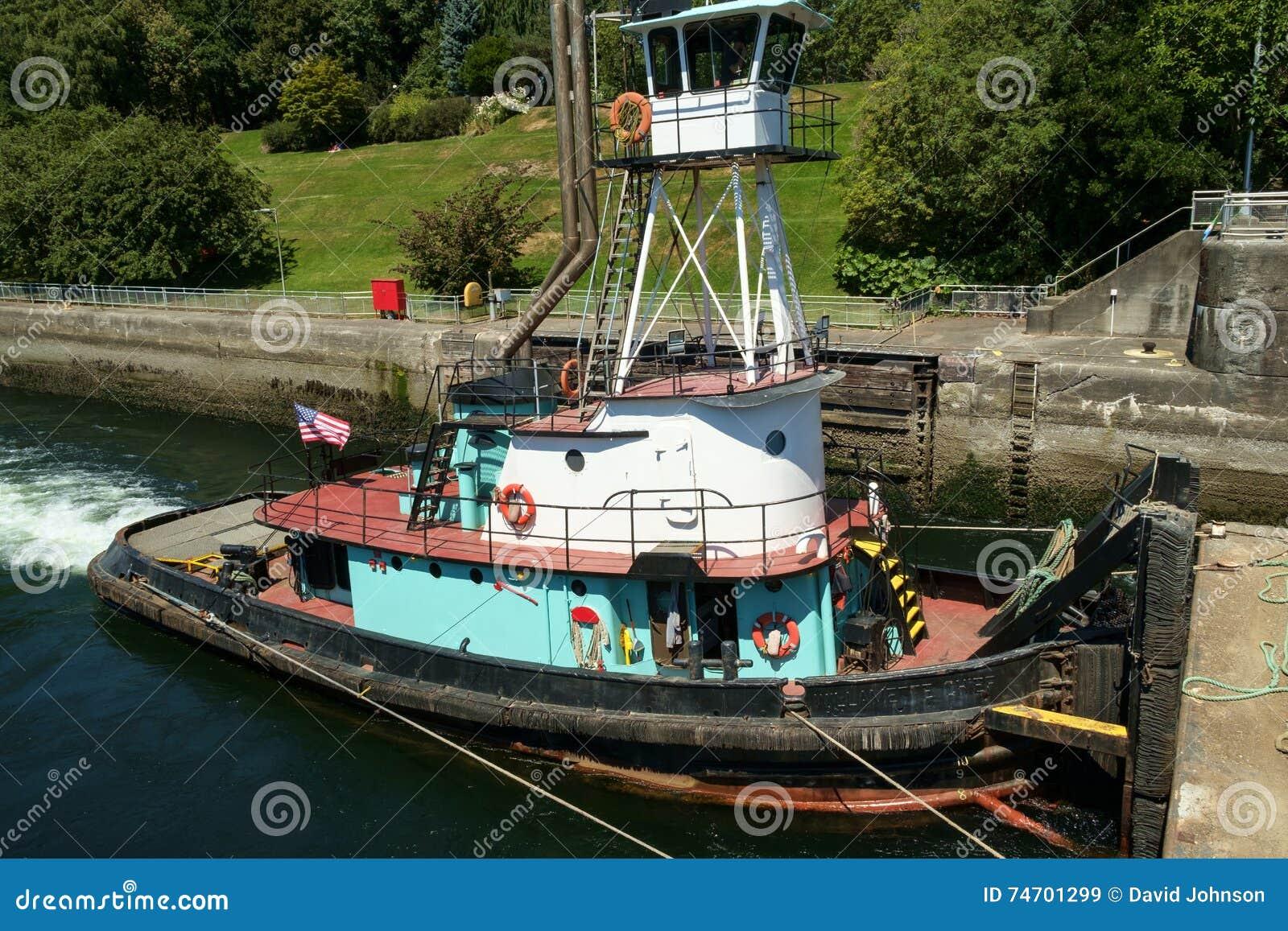 与高的操舵室的推者猛拉推挤驳船入锁