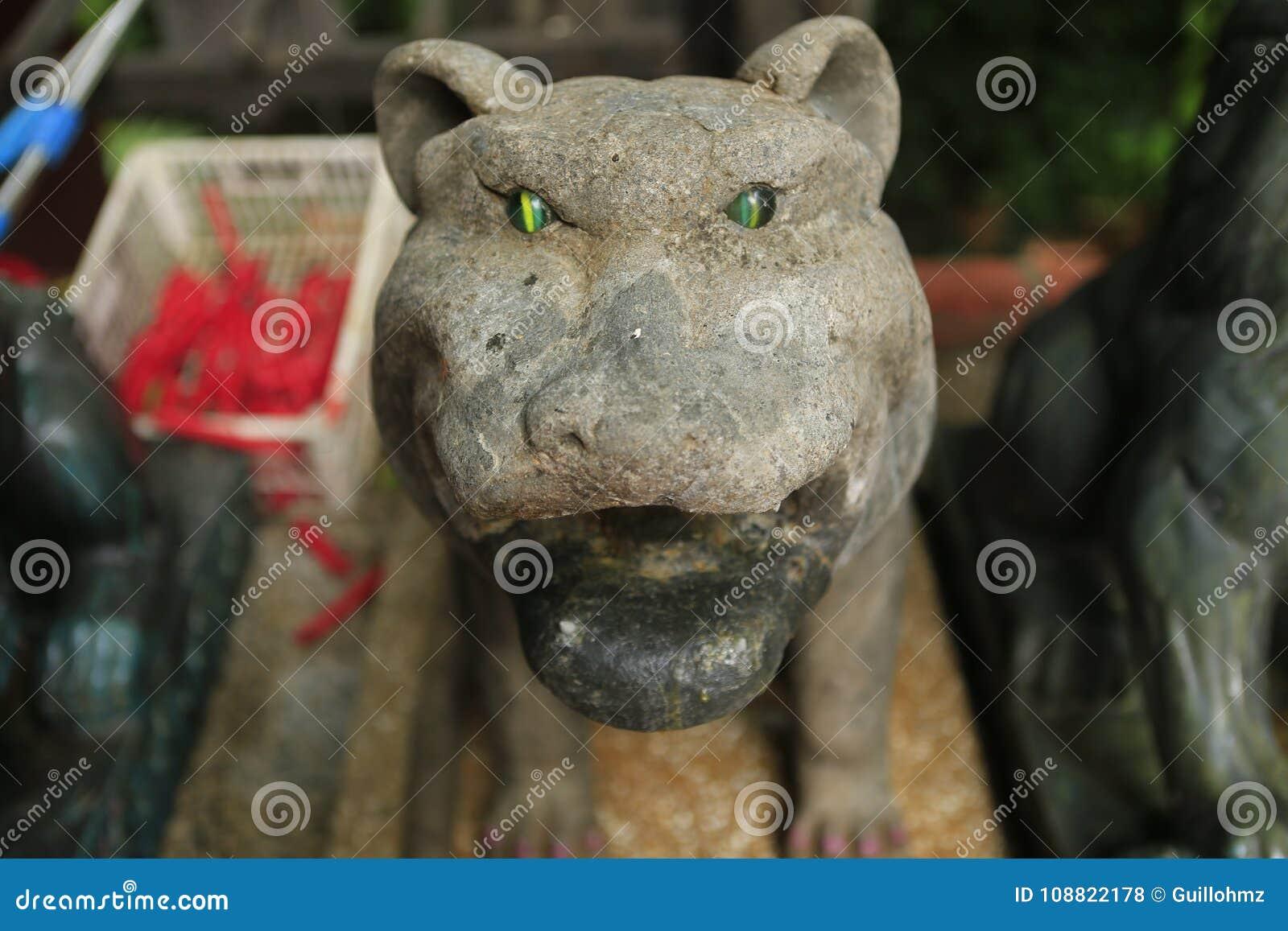 与鲜绿色眼睛的石老虎