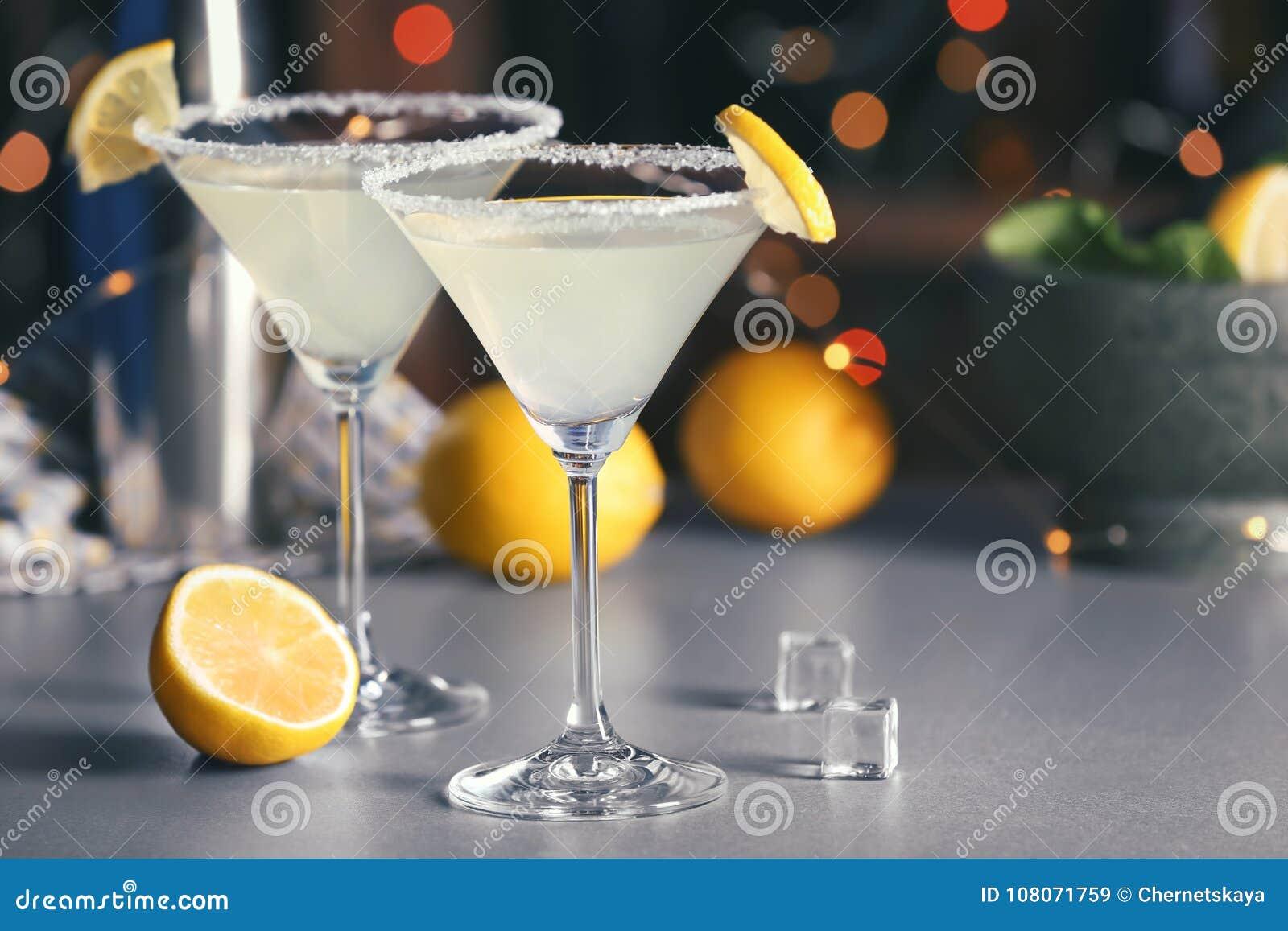 与鲜美柠檬糖马蒂尼鸡尾酒鸡尾酒的玻璃