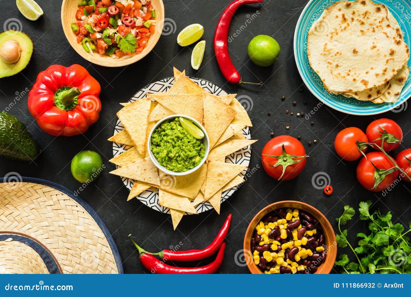 与鳄梨调味酱捣碎的鳄梨酱、豆、辣调味汁和玉米粉薄烙饼的烤干酪辣味玉米片 墨西哥食物