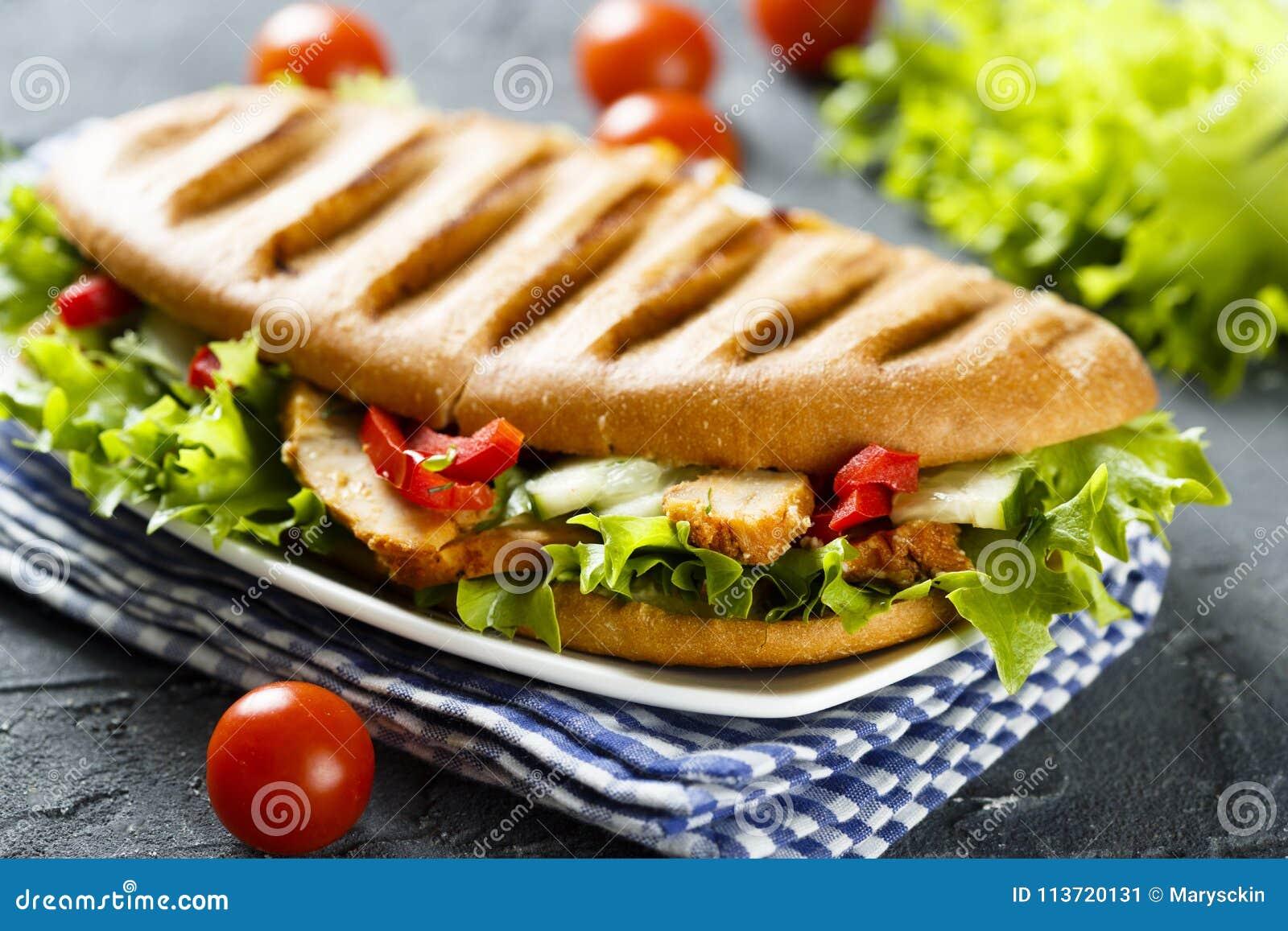 与鸡、蔬菜沙拉和菜的烤三明治