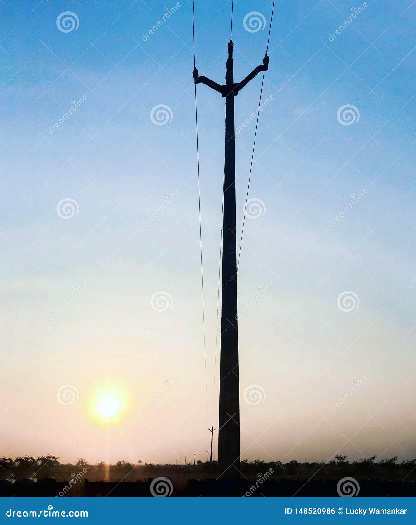 与黄色太阳和杆的天空蔚蓝
