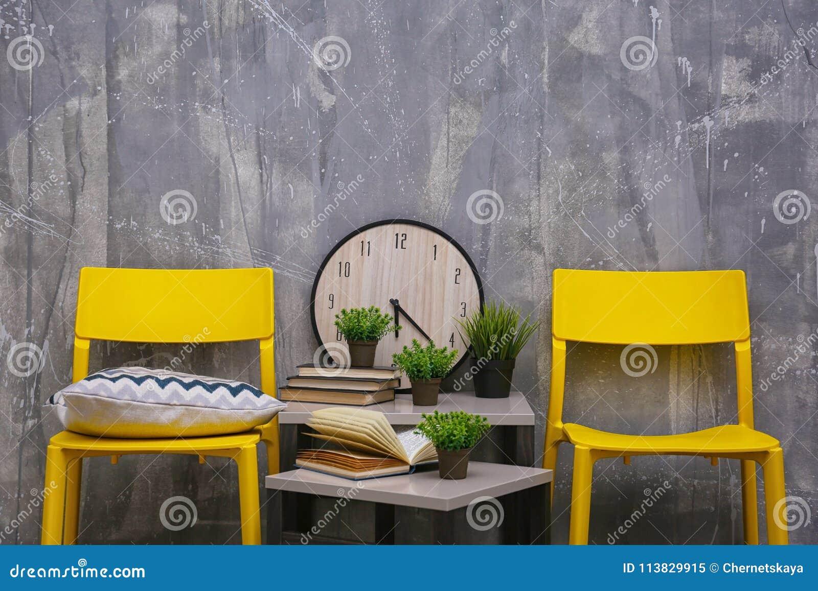 与黄色椅子和一点桌的现代室内设计
