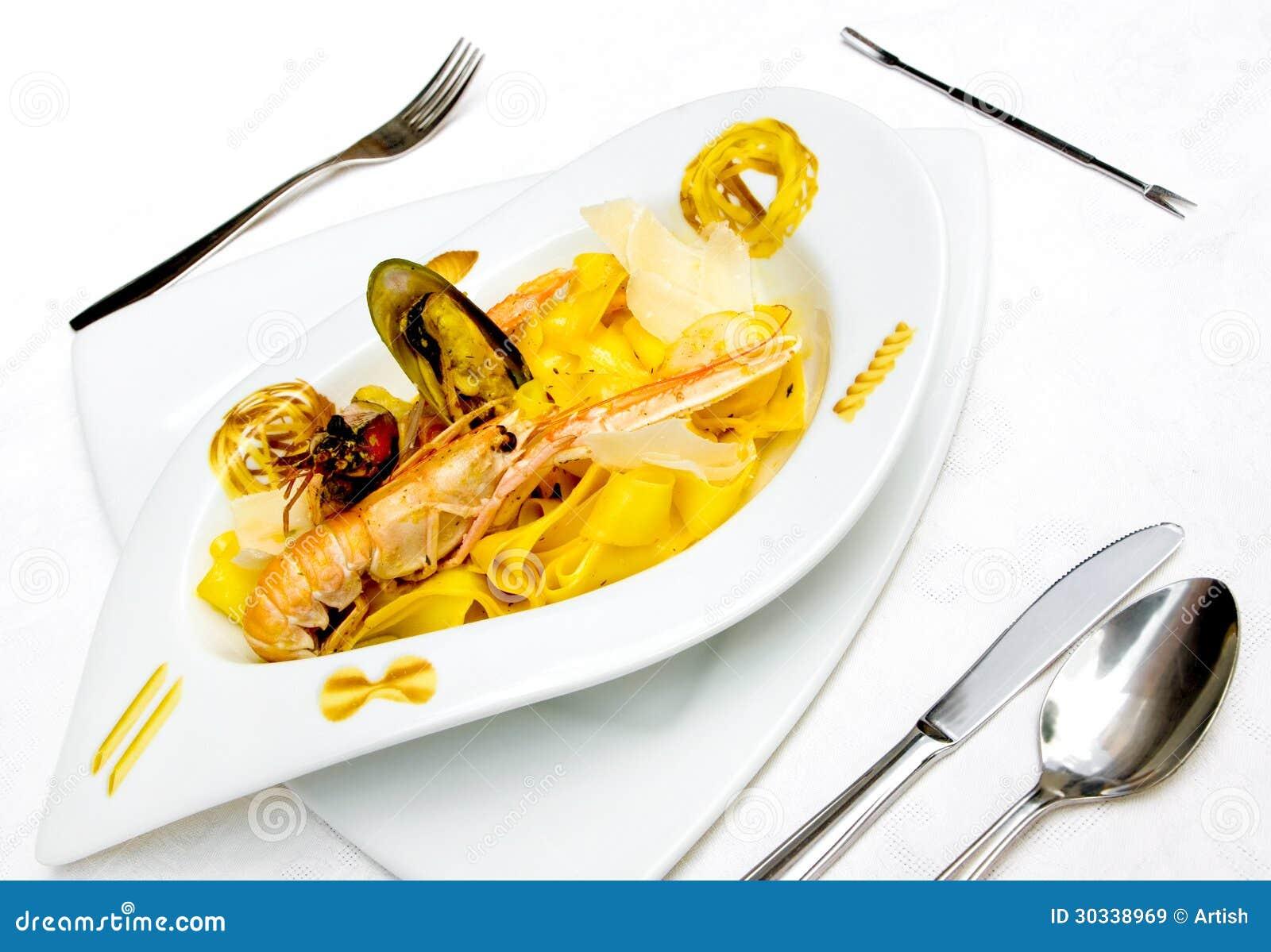 与龙虾和面团的盘