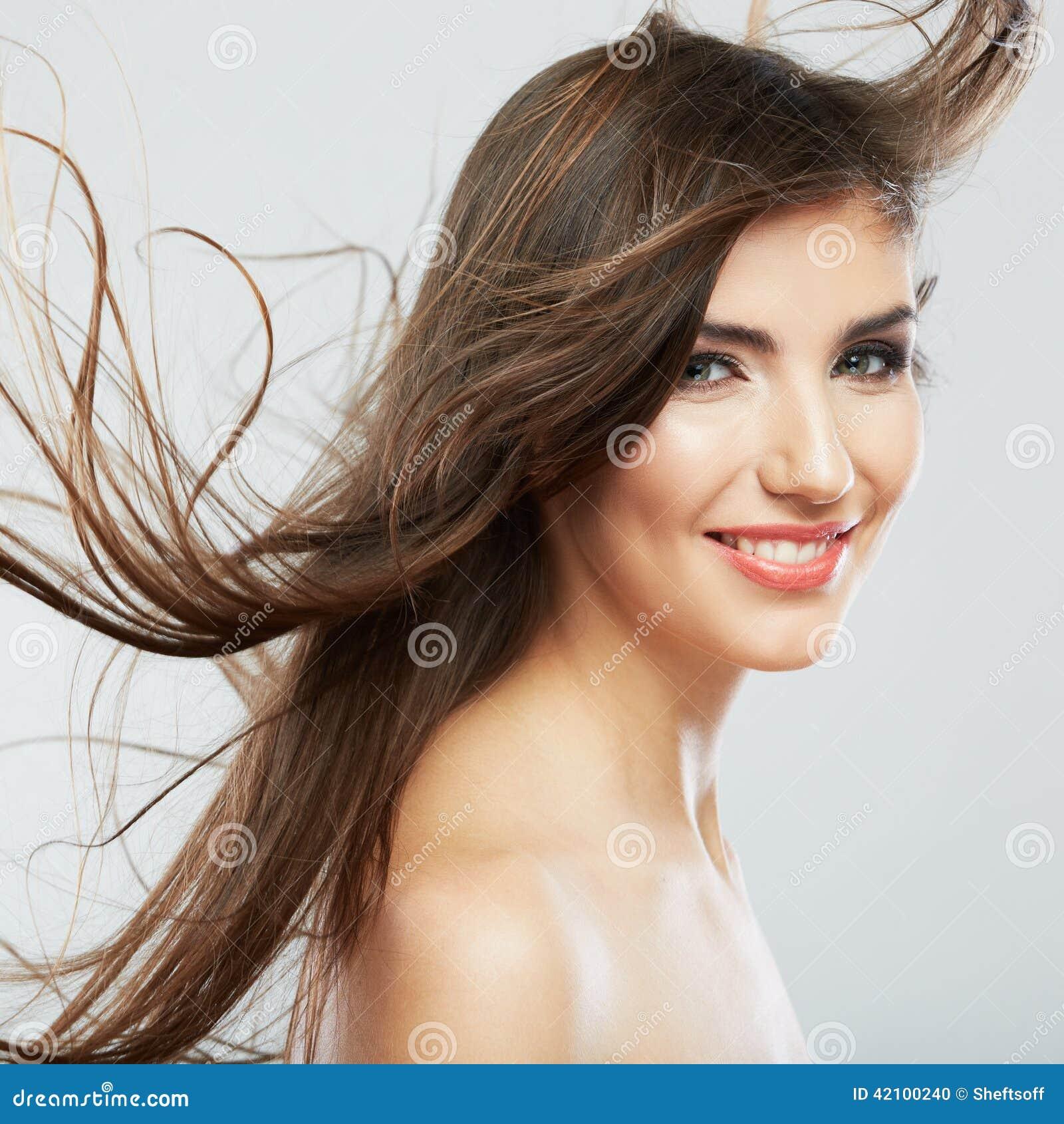 与头发行动的妇女面孔在白色背景隔绝了紧密画象.图片