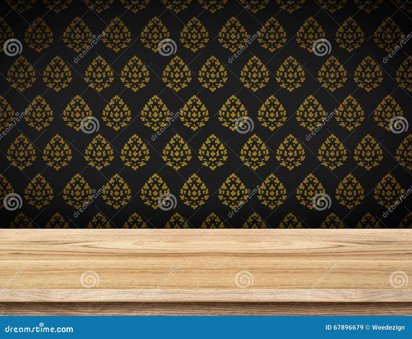 与黑墙纸的空的台式与泰国样式墙壁,临时雇员