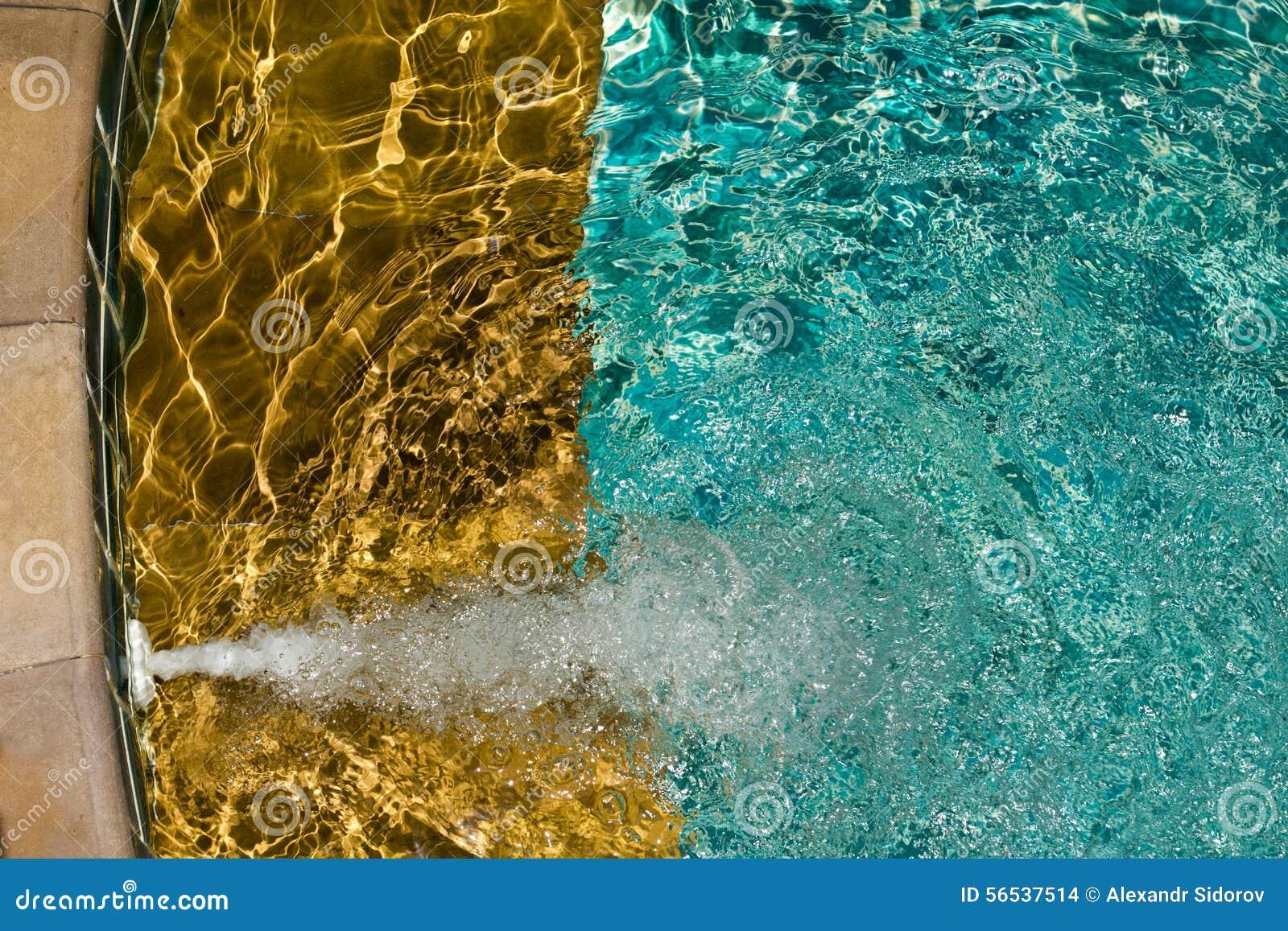 与晴朗的反映的游泳池