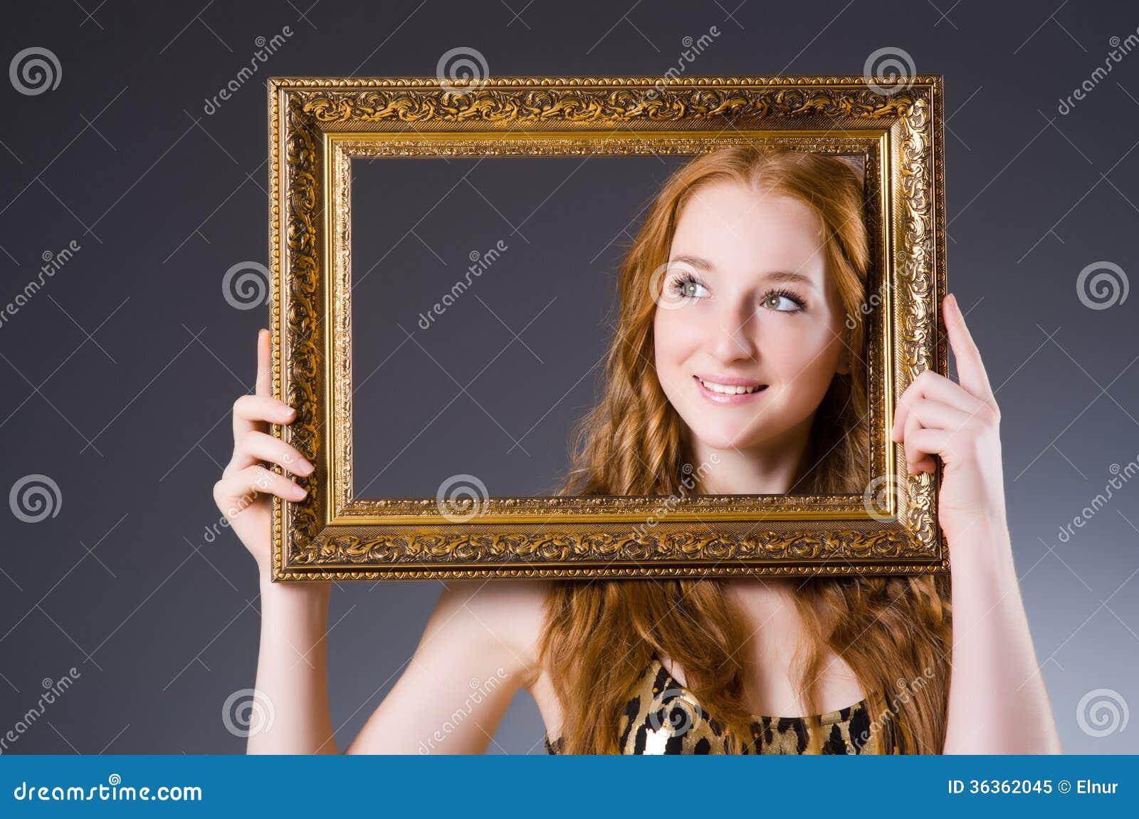 与画框的红头发人图片