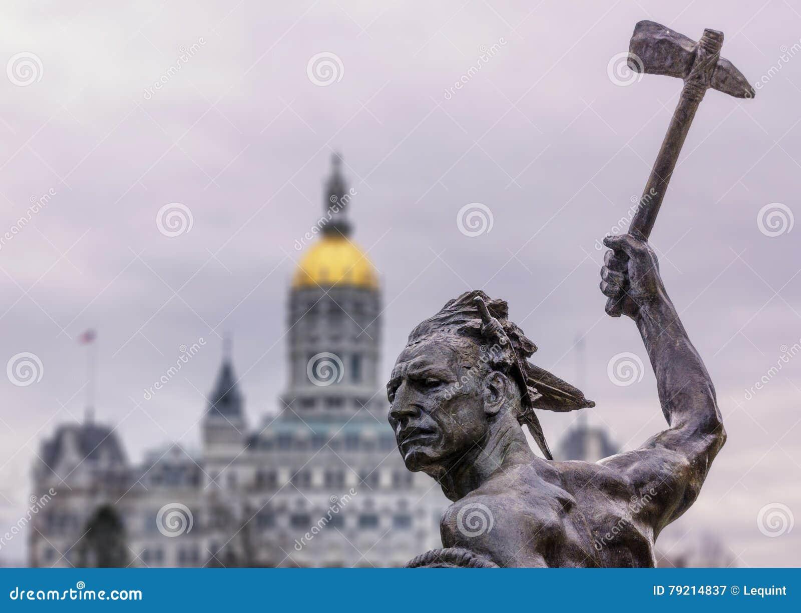 与轴的当地美洲印第安人雕象在状态国会大厦大厦