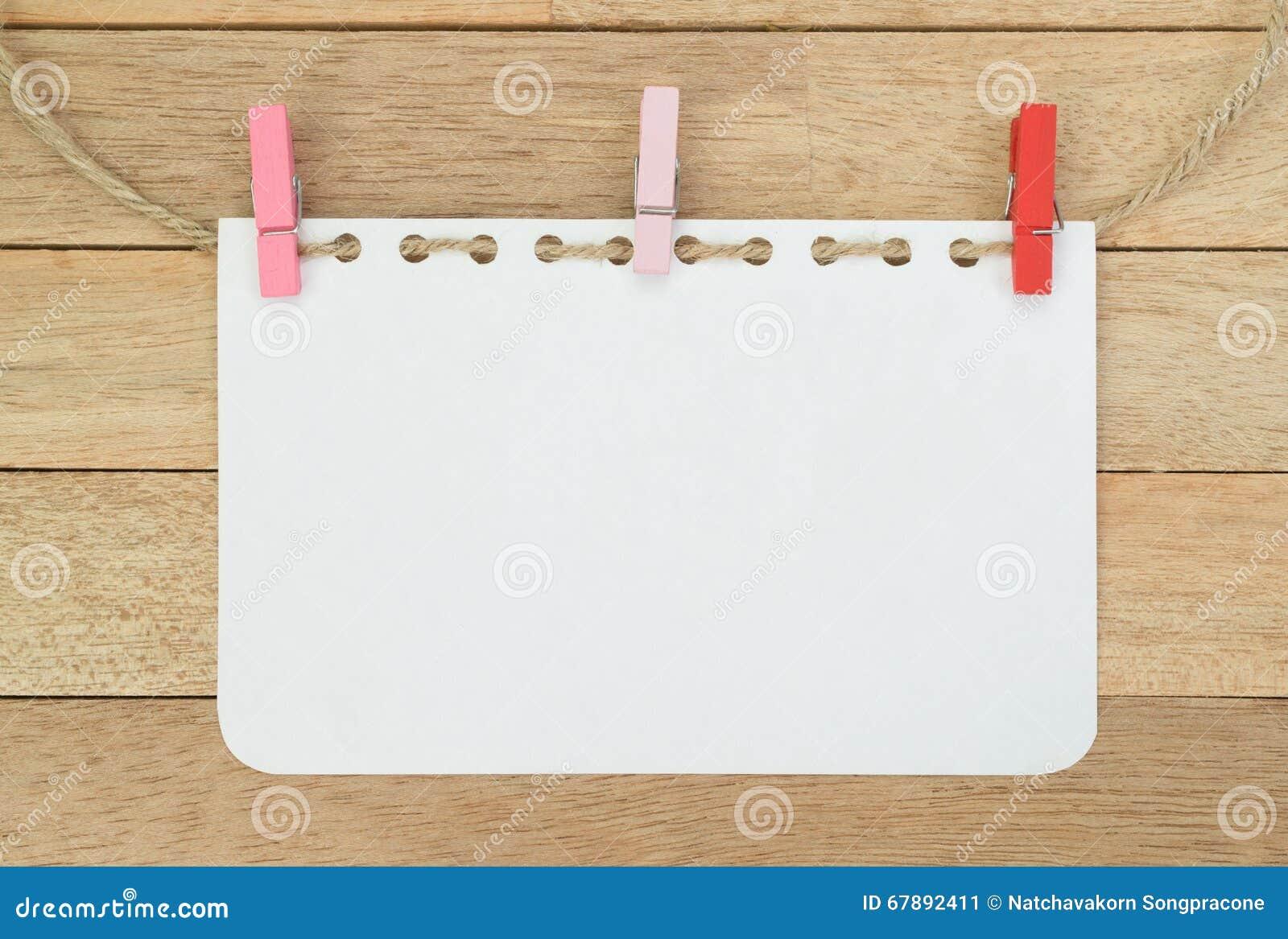 与绳索的空白的笔记本板料在木背景