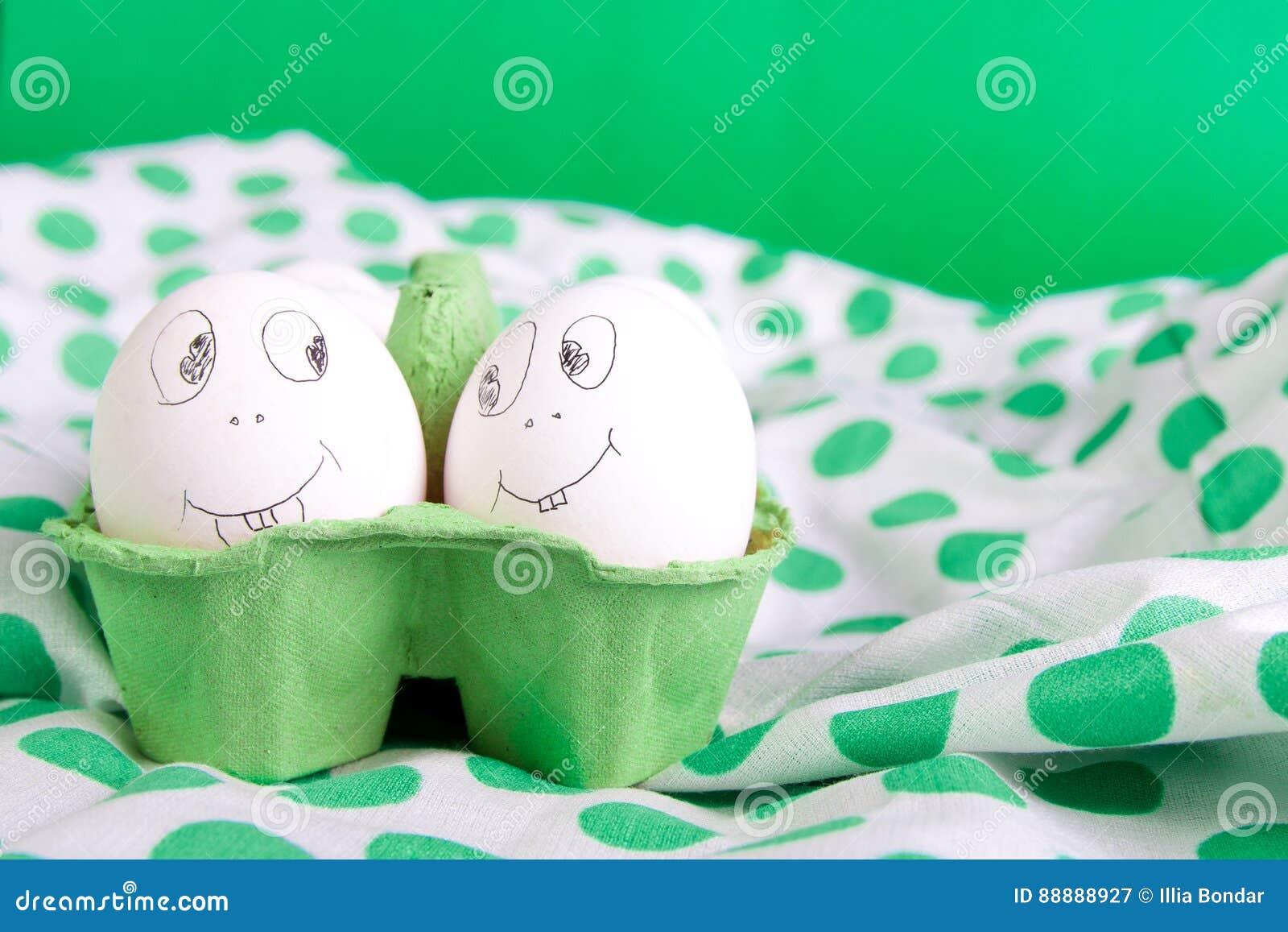 与滑稽的面孔的复活节彩蛋以绿色