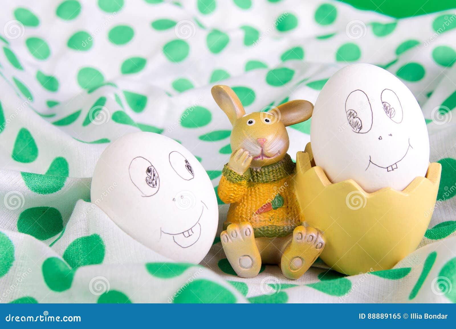 与滑稽的面孔的复活节彩蛋临近兔宝宝