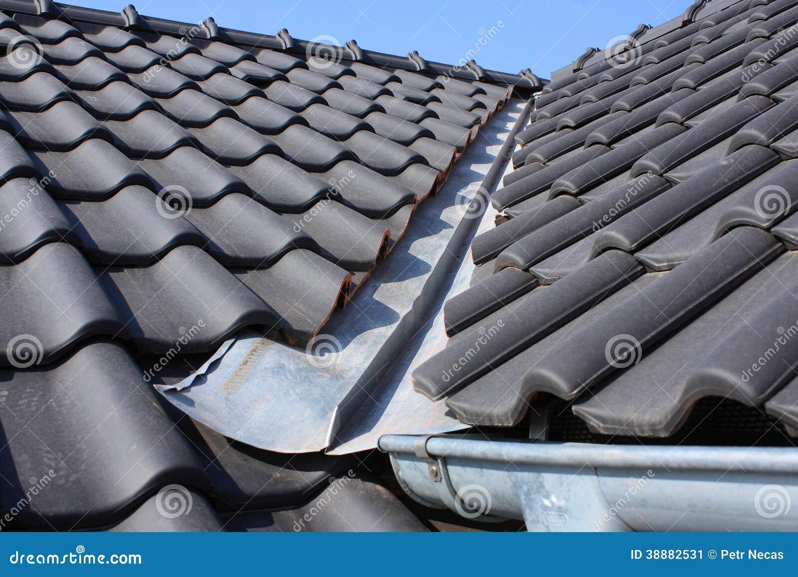 与黑色的屋顶复盖物 库存图片 图片 包括有 模式 房子 整修 未来派 顶楼 能源 面板 布琼布拉