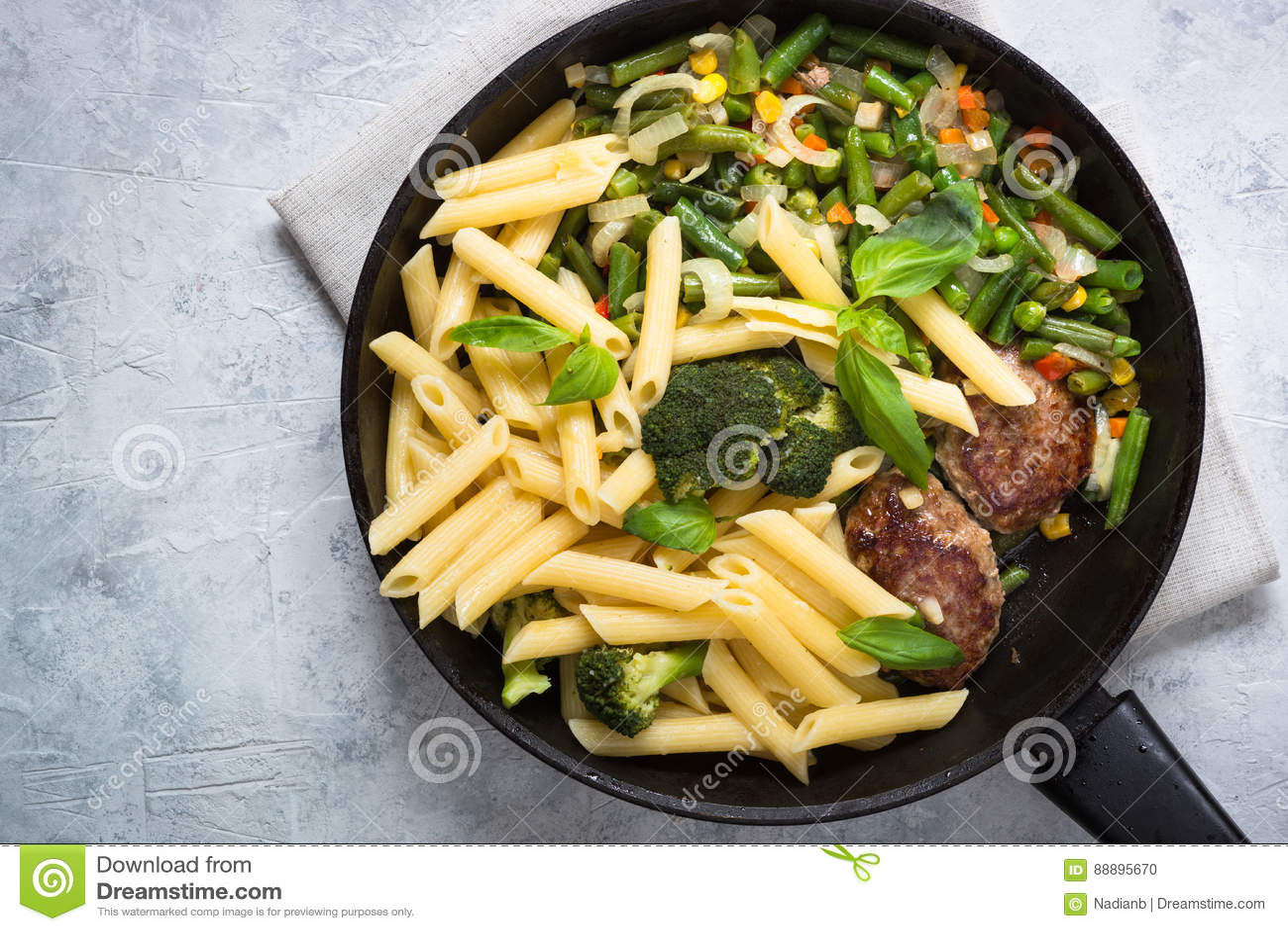 与绿色菜和肉炸肉排的面团penne
