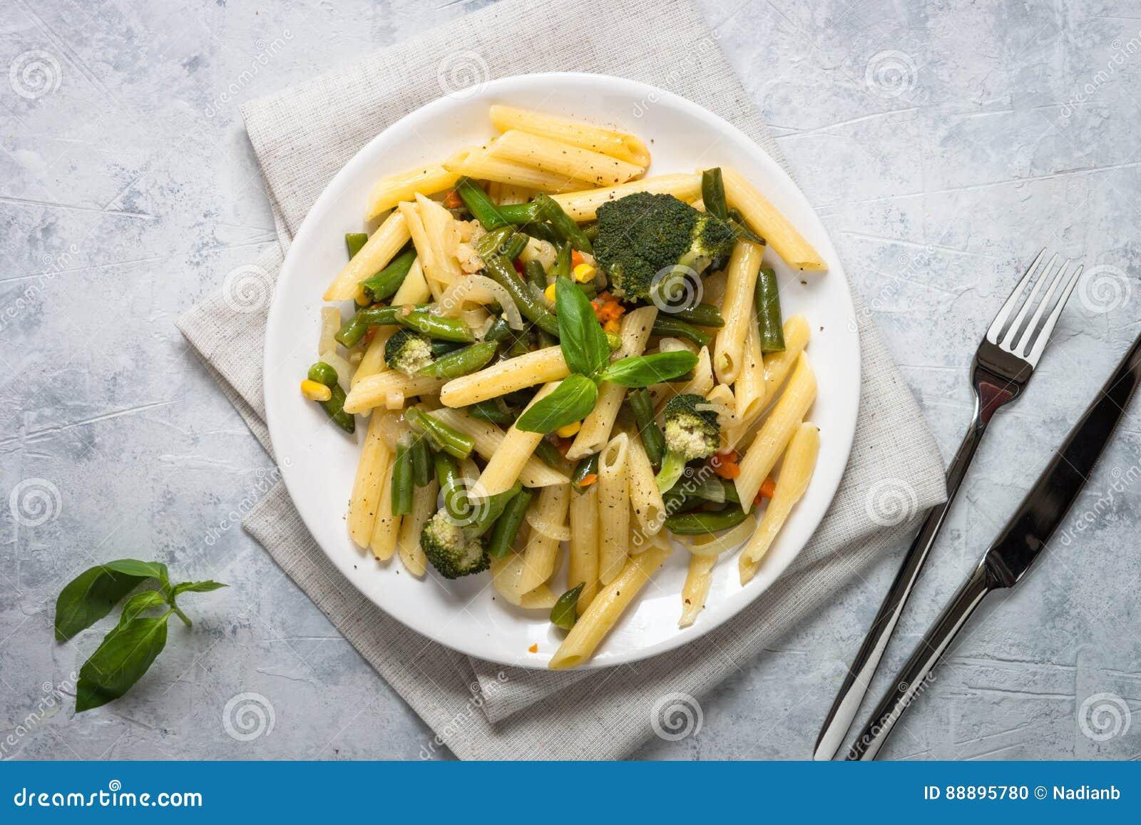 与绿色菜的意大利素食面团penne