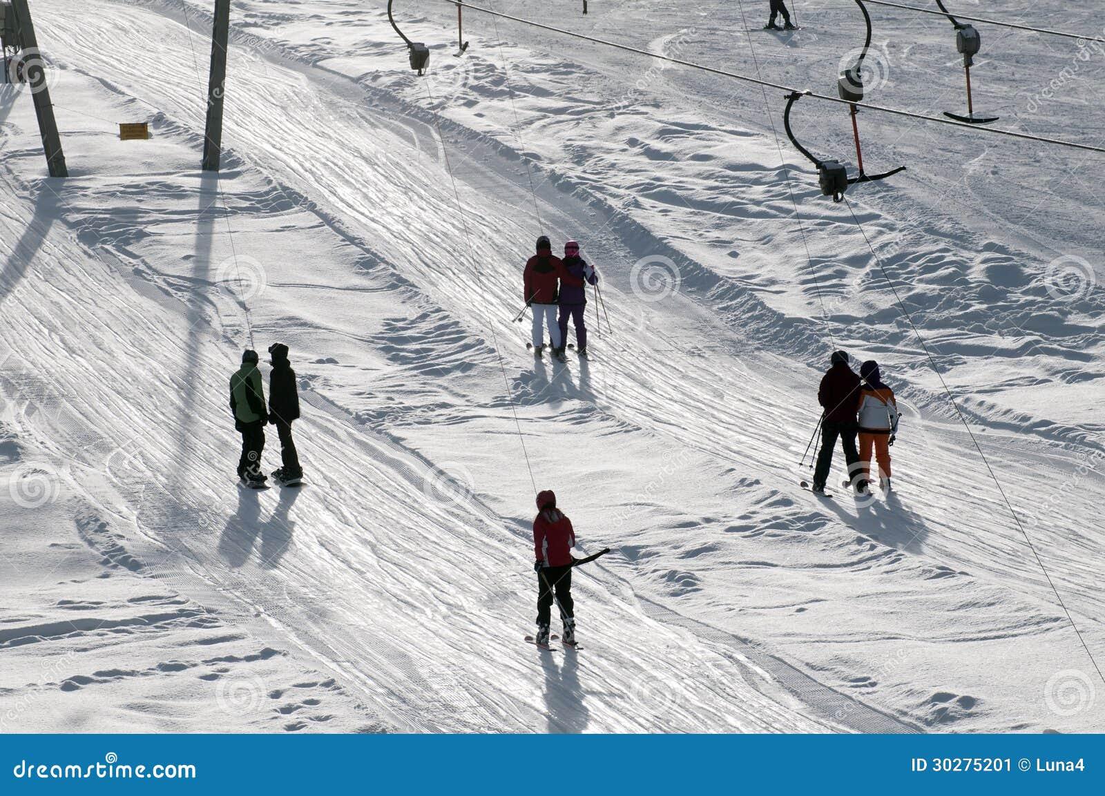 T酒吧拉扯倾斜的滑雪电缆车滑雪者