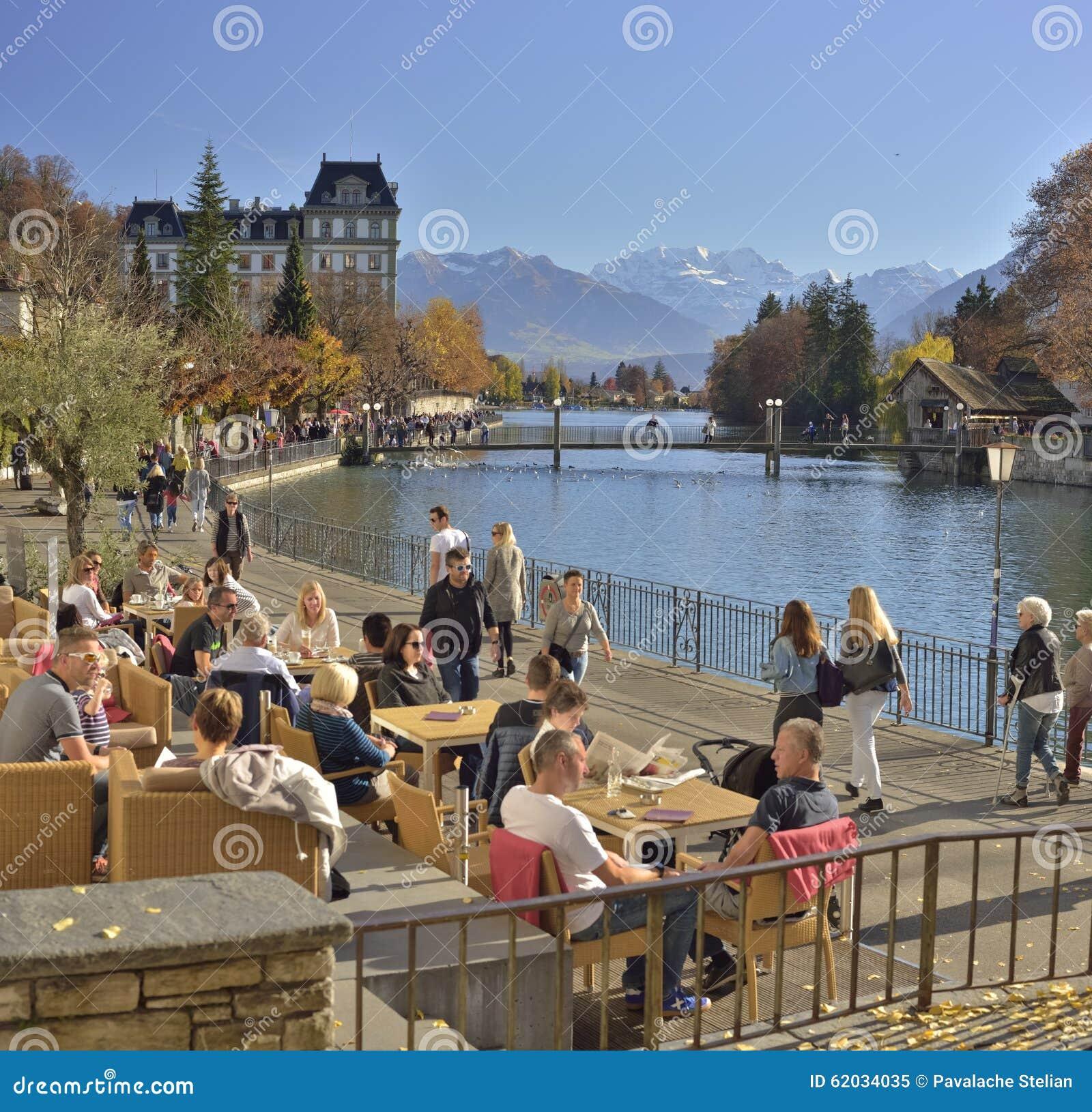 与Aare湖和阿尔卑斯山的秋天风景从在图恩 瑞士