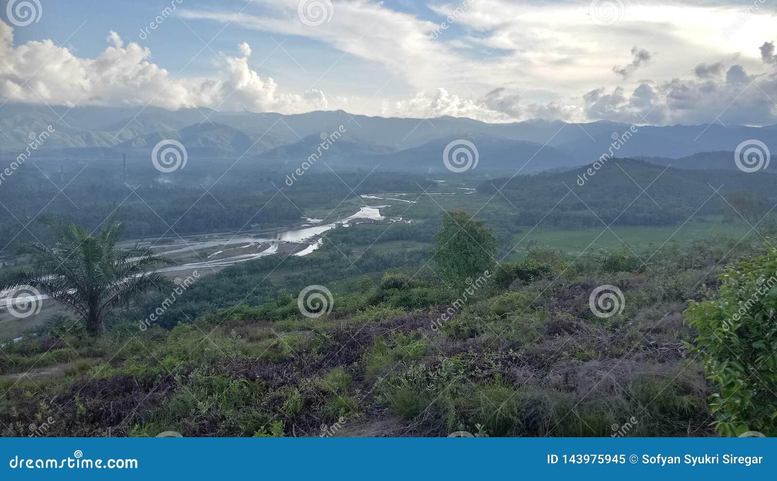 与barumun河的小山