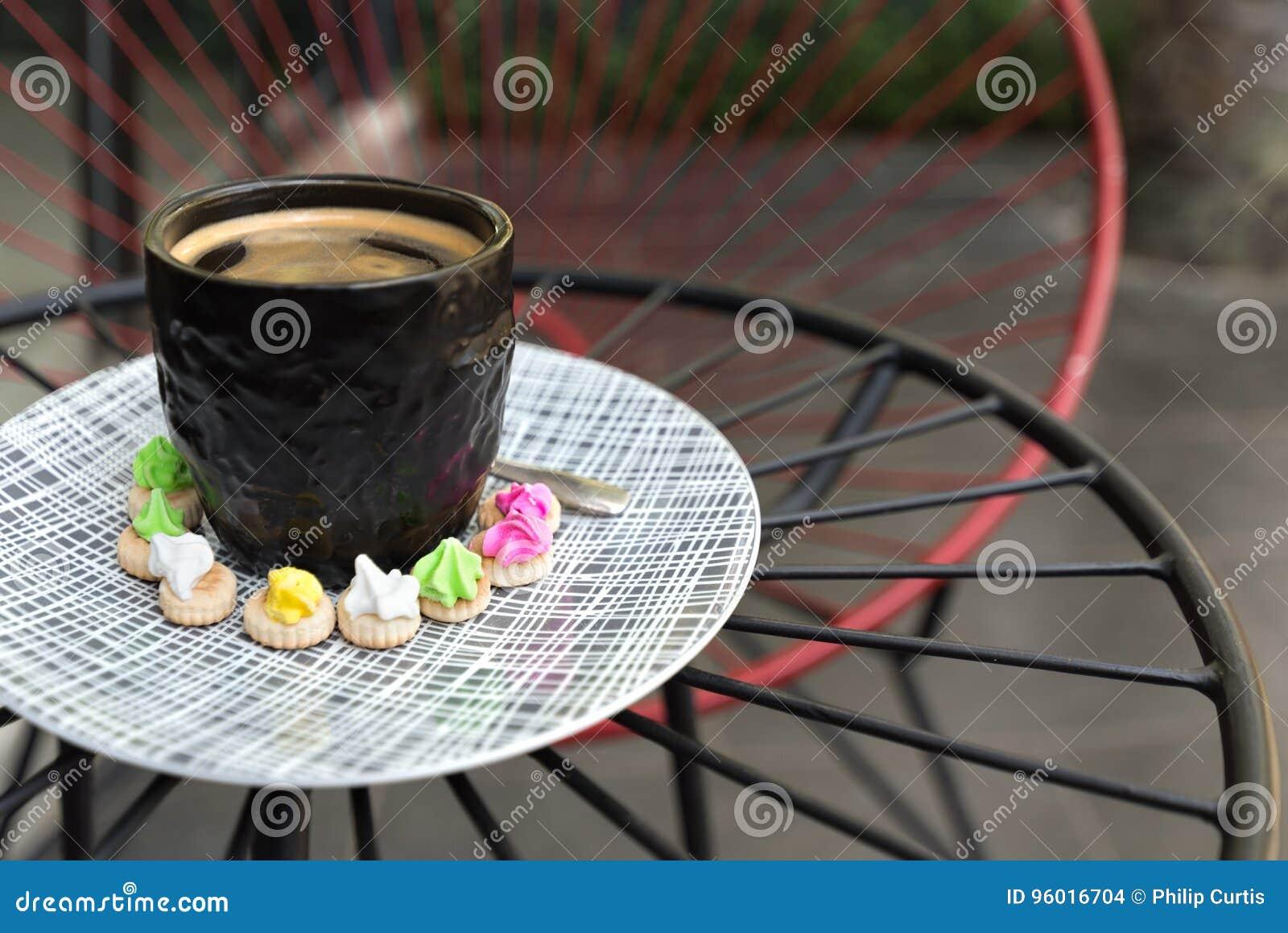 与crema上面的热的Americano咖啡在一优等的黑玻璃surr