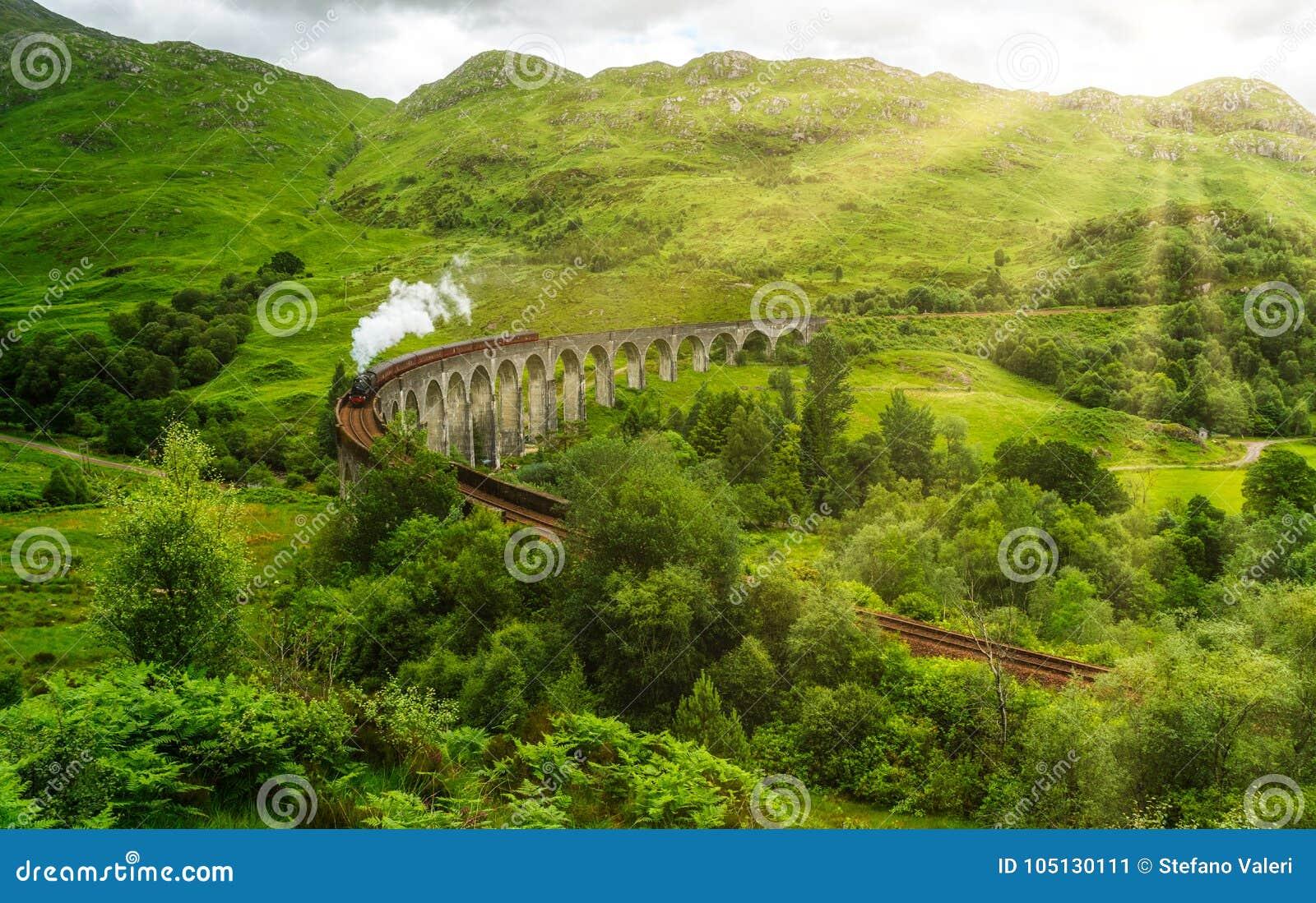 与Jacobite蒸汽的Glenfinnan铁路高架桥,在苏格兰的高地的Lochaber地区