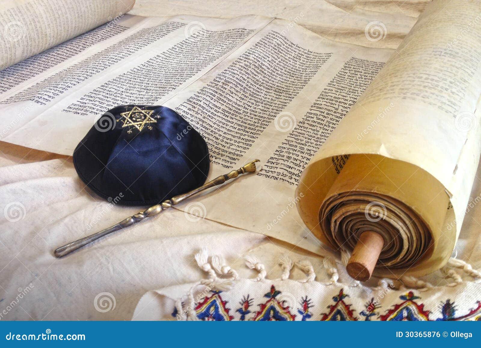 与Kippah的摩西五经纸卷