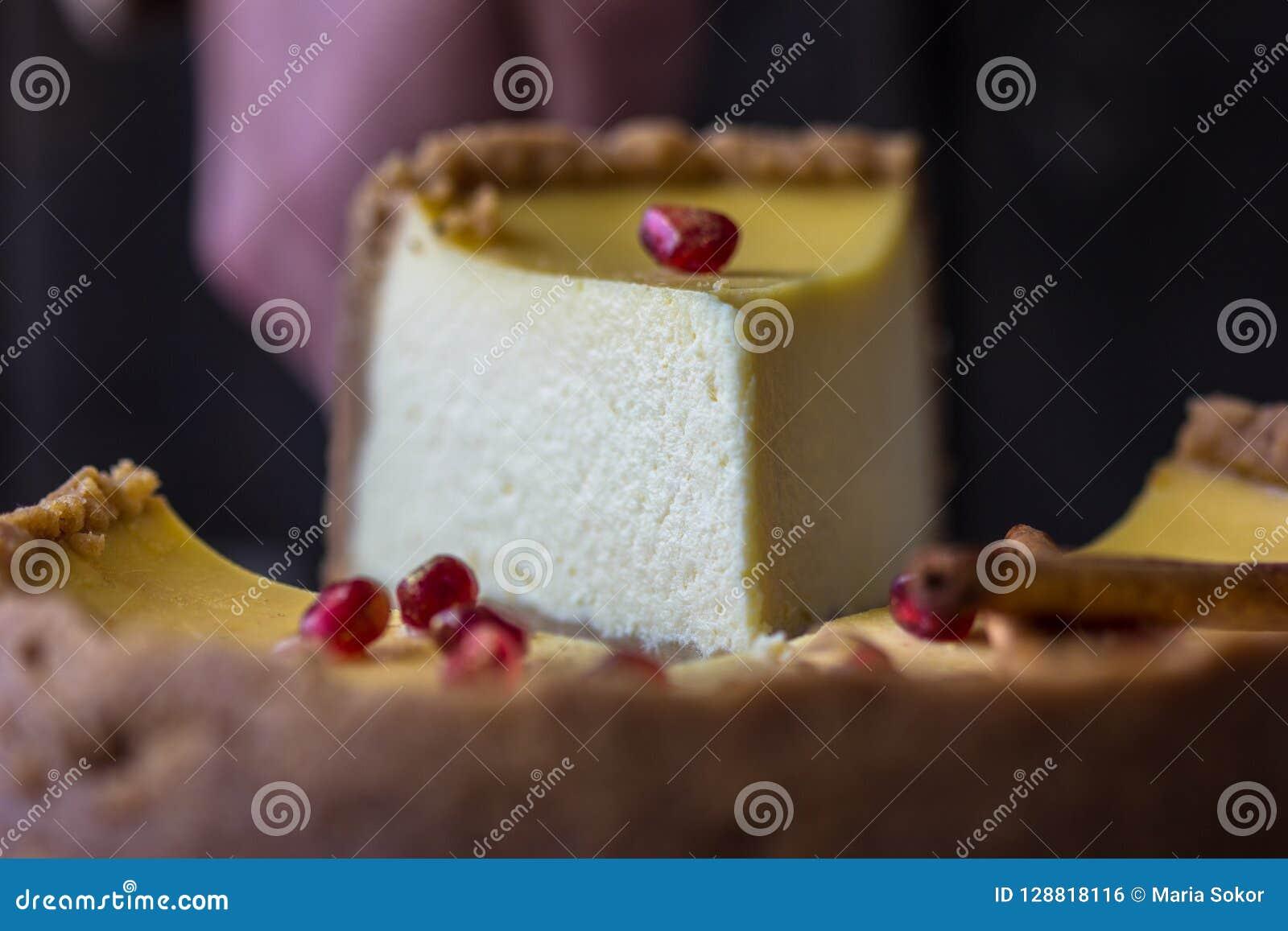 与mascarpone的圣诞节橙色乳酪蛋糕 欢乐圣诞节乳酪蛋糕传统冬天蛋糕食谱 乳酪蛋糕在手中