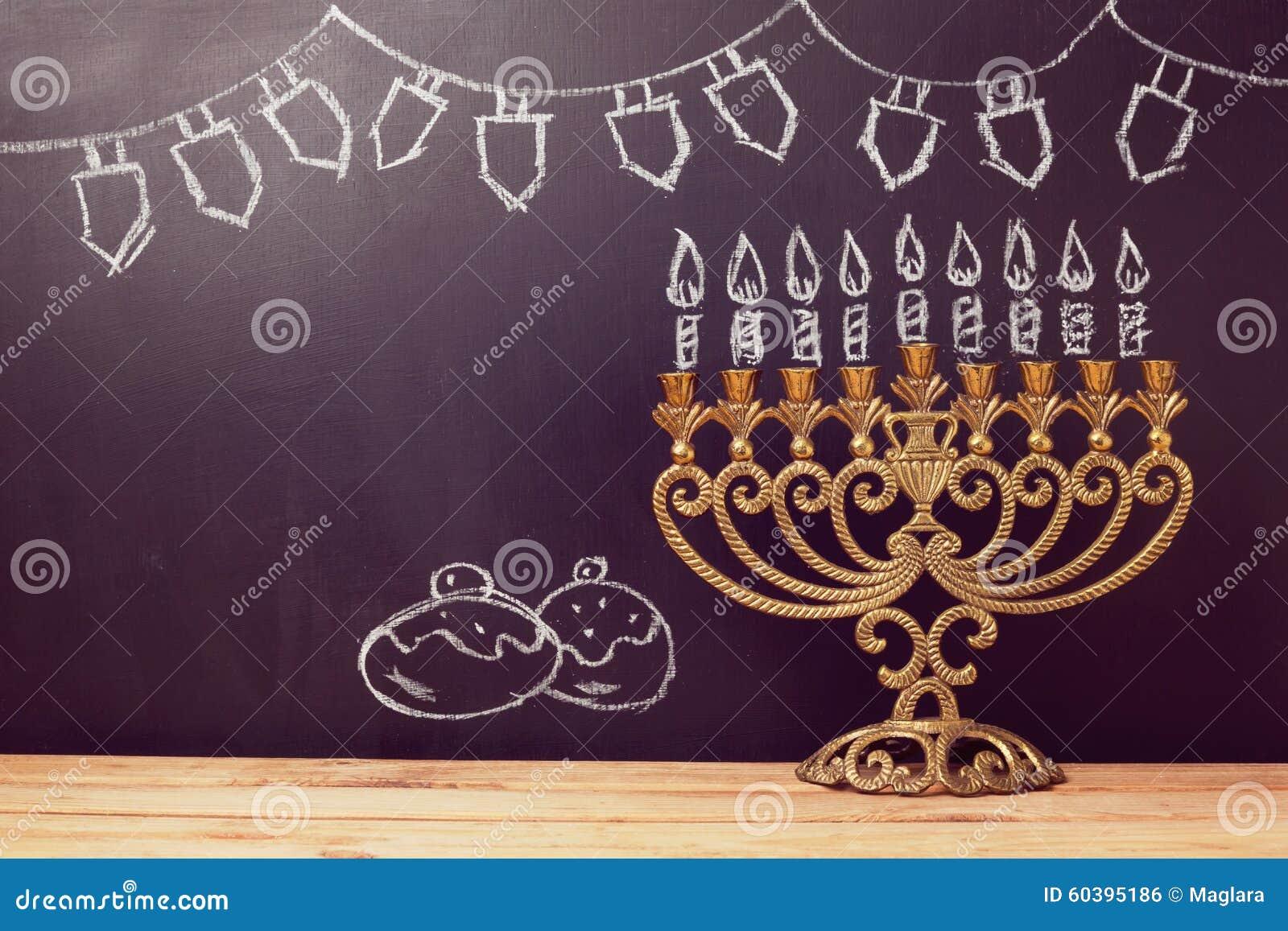 与menorah的犹太假日光明节背景在黑板用手速写了标志